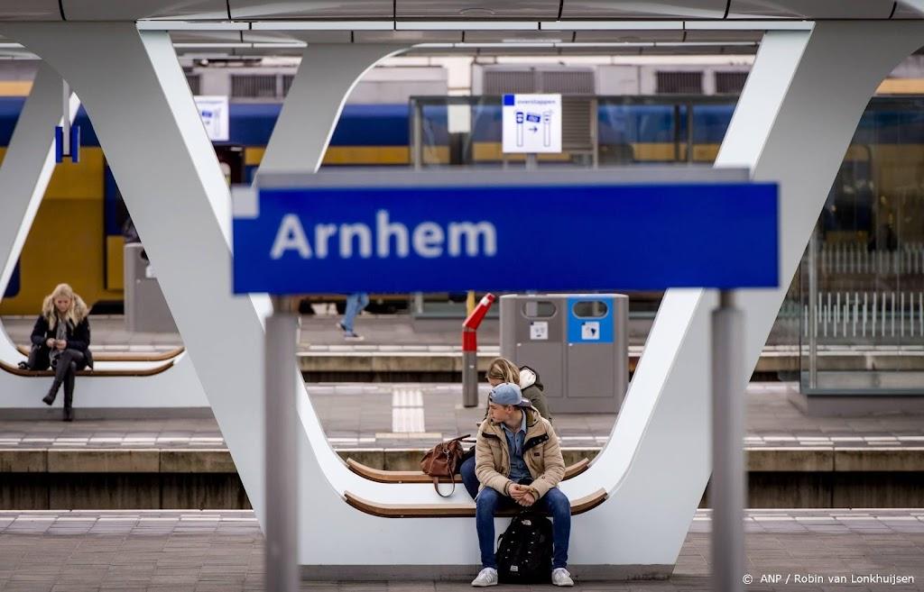 Geen treinen rond Arnhem wegens blikseminslag
