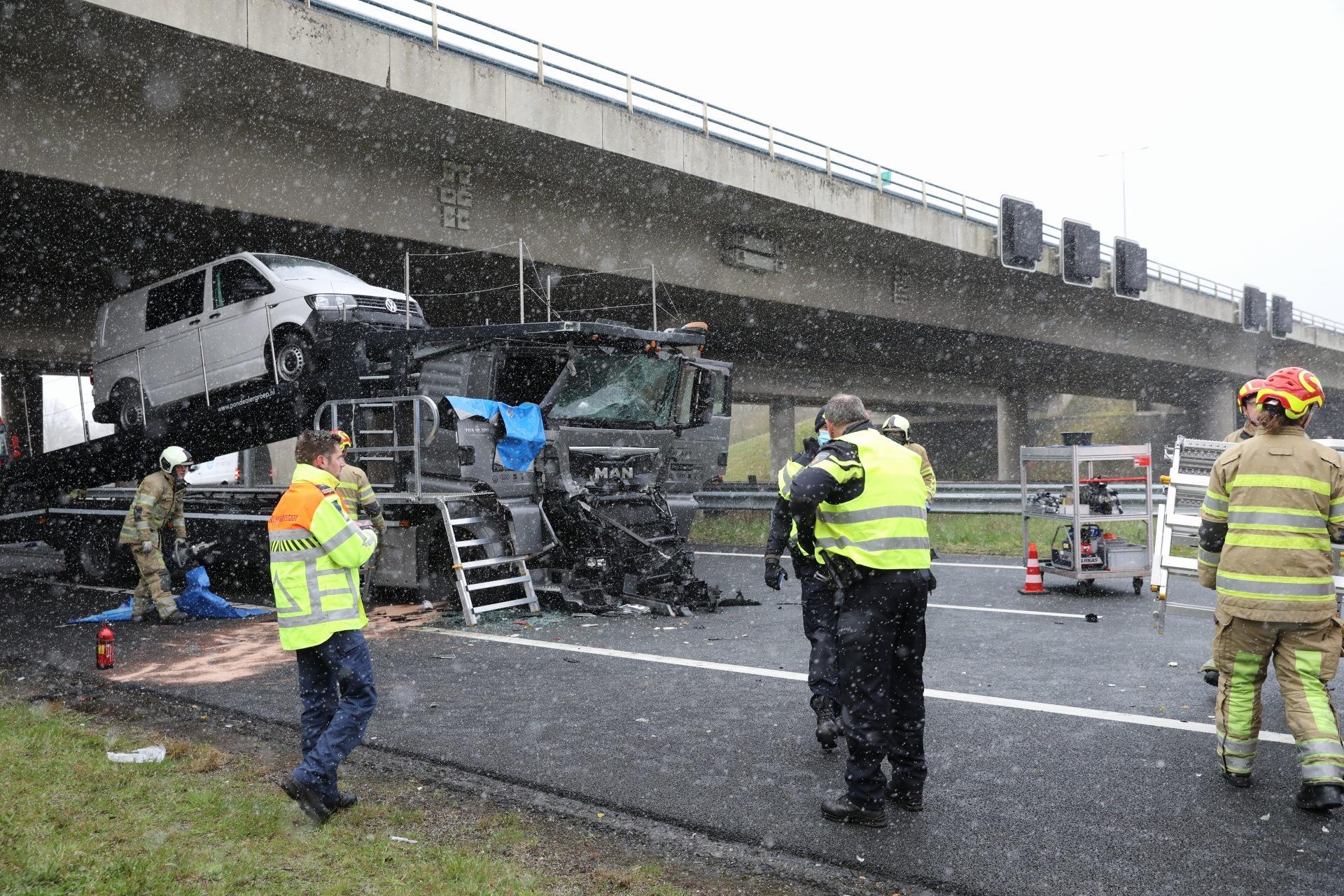 Chauffeur bekneld bij ongeluk met twee vrachtwagens in Eemnes, A1 richting Laren dicht