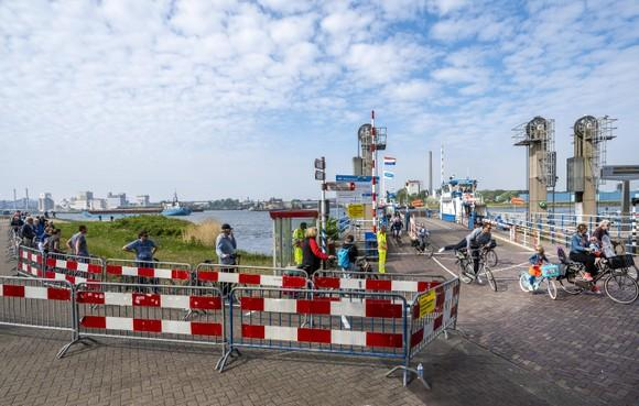 Auto's geweerd op de pont in Velsen-Zuid