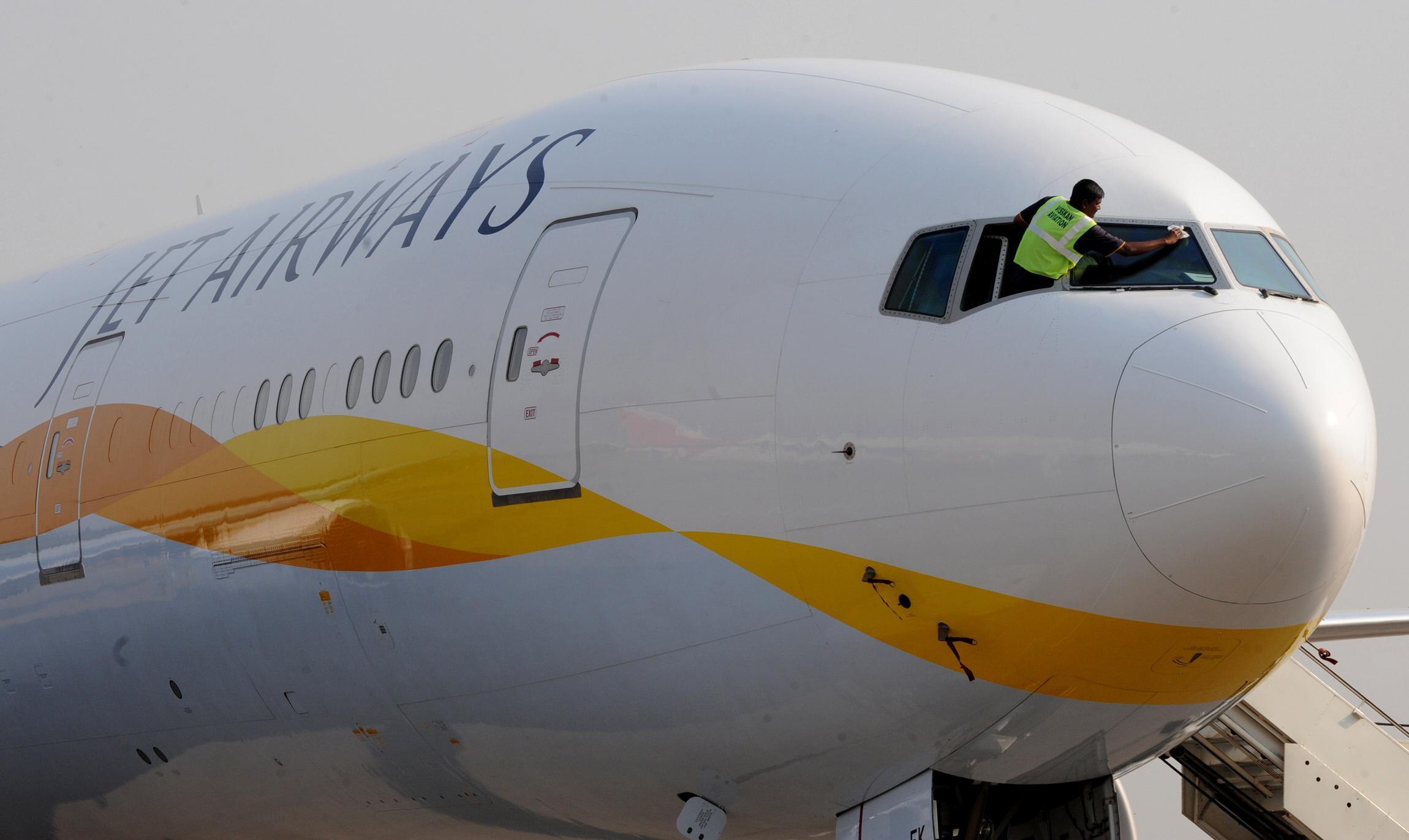 Toestel Jet Airways aan ketting op Schiphol