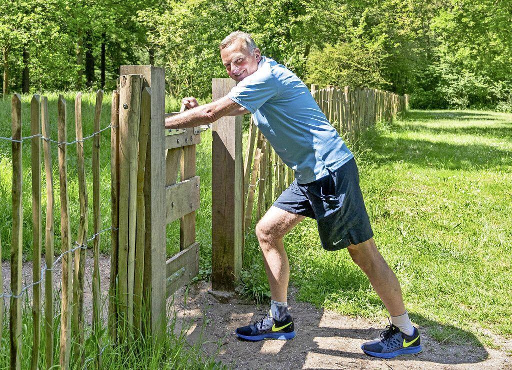 Burgemeester Frank Dales van Velsen is nooit helemaal echt vrij in het weekeinde. 'Ook als ik een rondje aan het rennen ben, heb ik zowel mijn pieper als telefoon bij me'