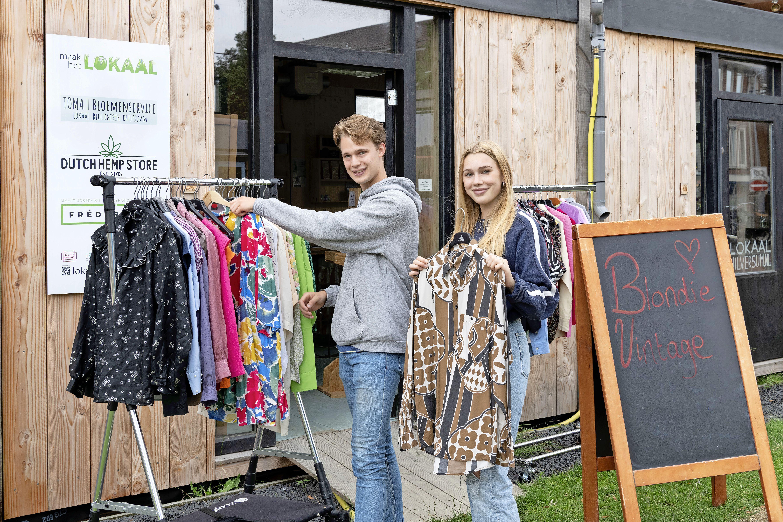 Hilversumse broer (23) en zus (18) beginnen handeltje in tweedehands merkkleding. 'In de eerste weken verkochten we gelijk tien kledingstukken per week'