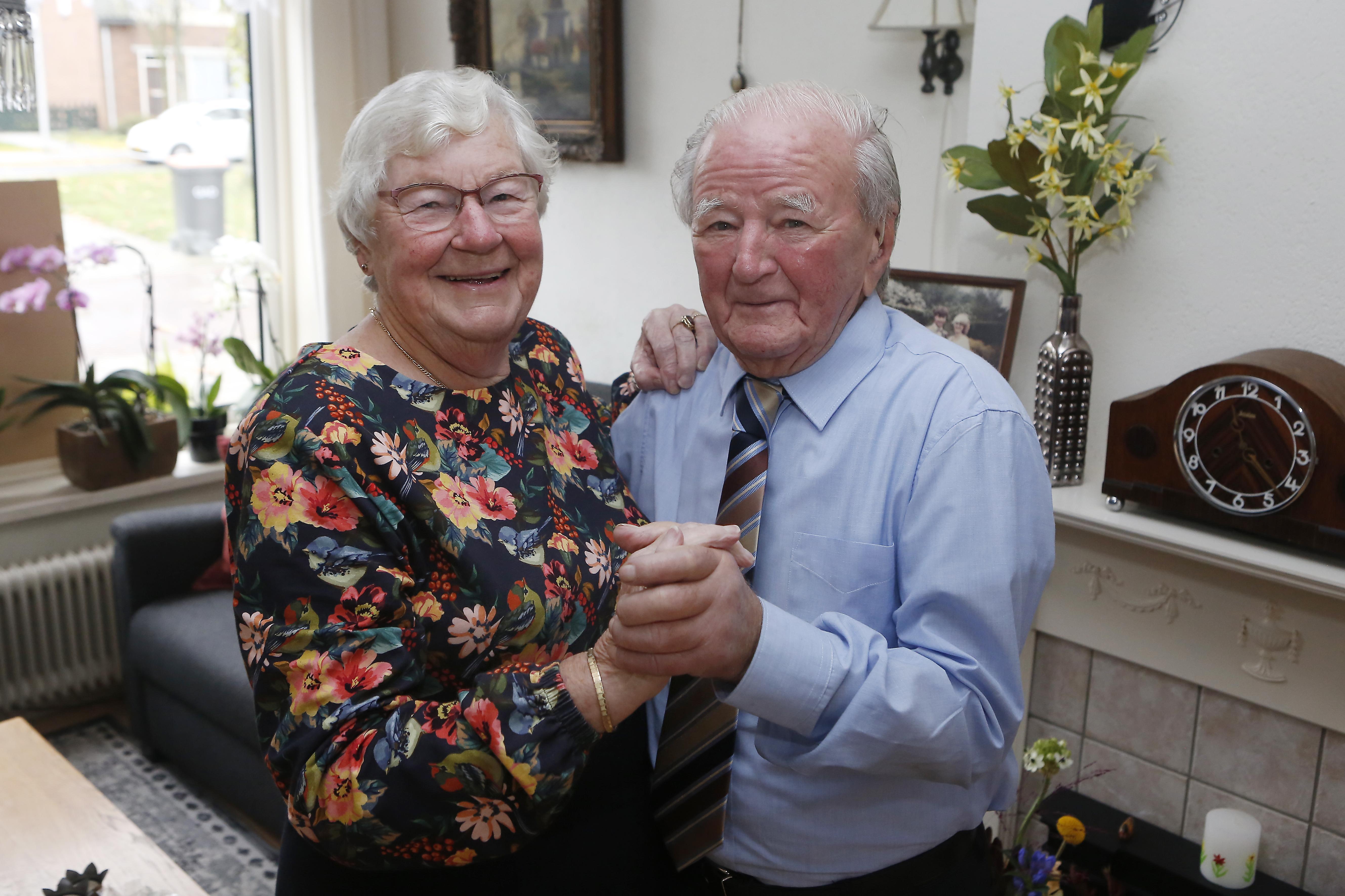 Muidense Wil van den Akker naaide haar eigen trouwjurk en heeft na 60 jaar huwelijk nog geen moment spijt van vangst Taeke Renema. 'Hij blijft een jochie van vijf, nog altijd ondeugend'
