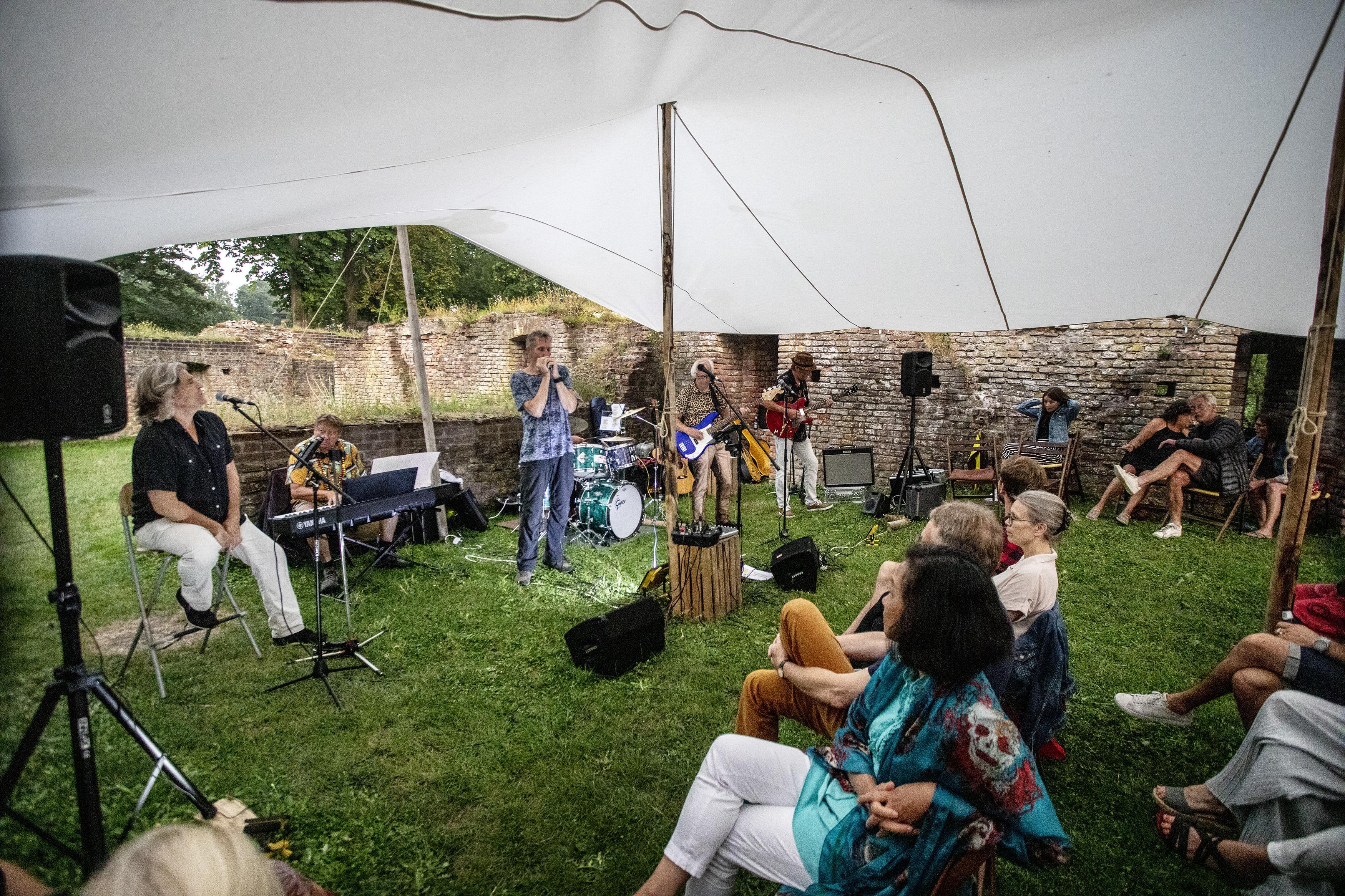 Regen houdt zich koest bij optreden PB & The Jags in de Ruïne van Brederode
