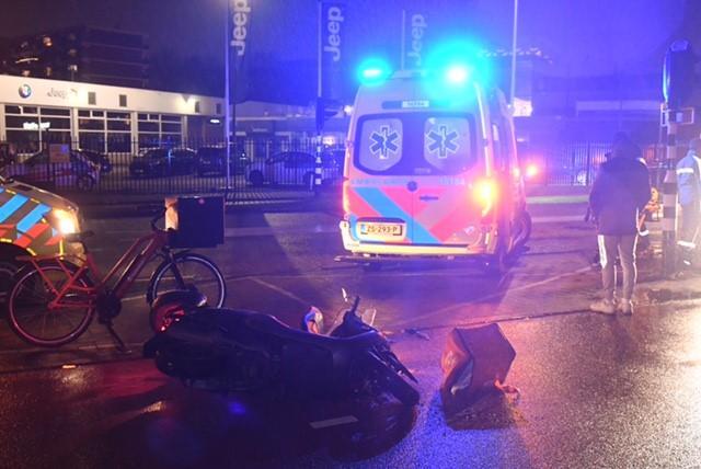 Maaltijdbezorger op scooter gewond bij botsing met uitrukkende ambulance in Leiden