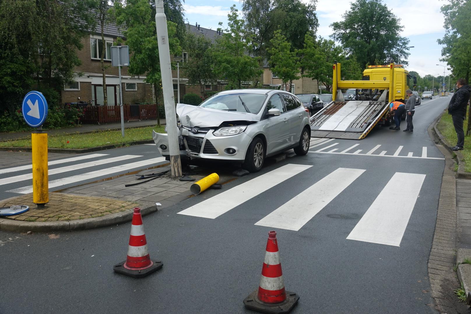 Auto botst tegen lantaarnpaal in Zaandam, bestuurder ongedeerd