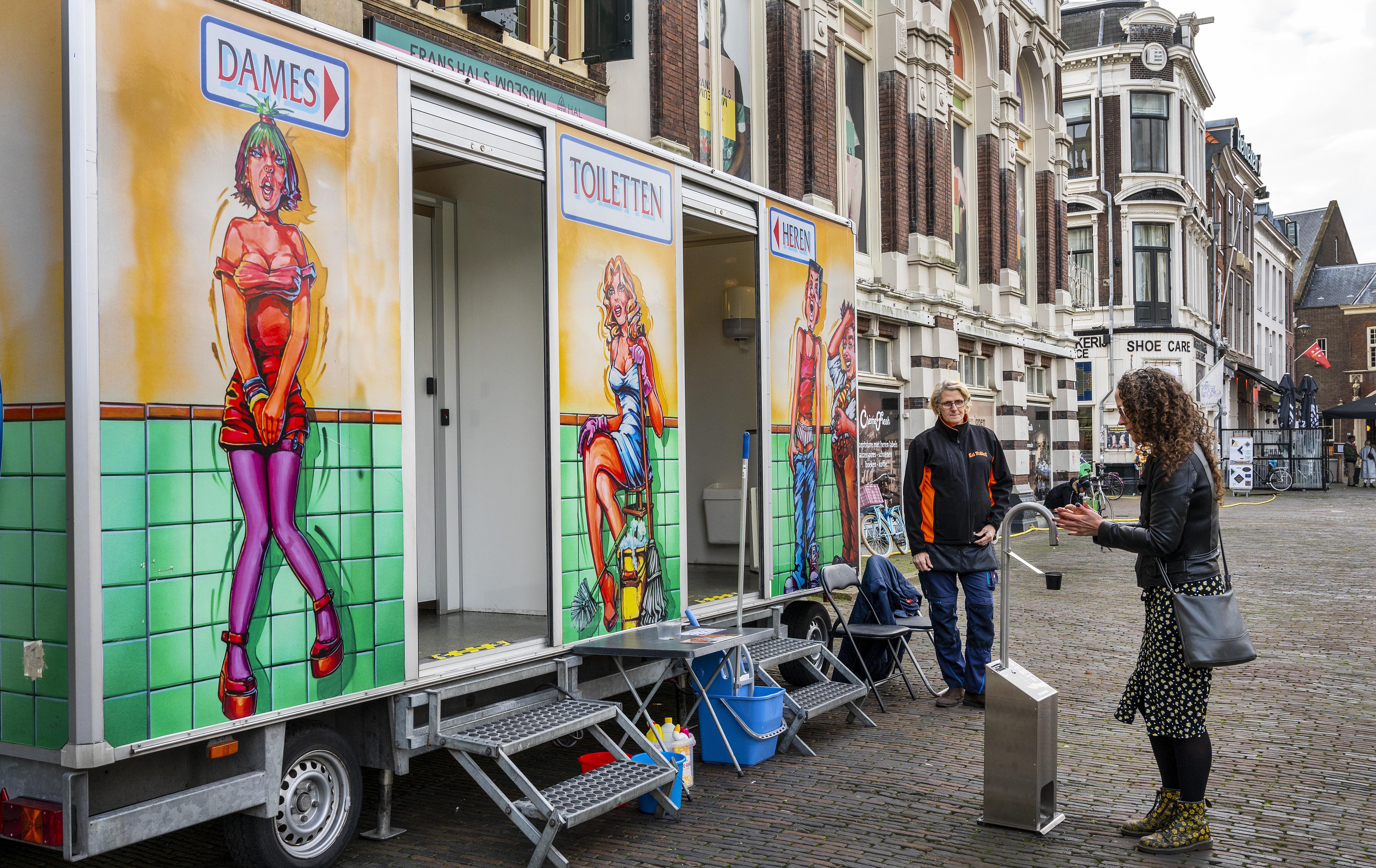 Gemeente Haarlem zorgt voor opluchting op Grote Markt. 'Dit toilet is gelukkig schoner dan bij de gemiddelde festivals'