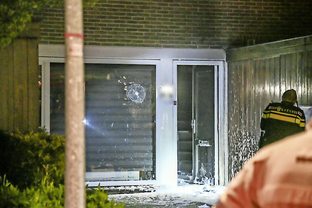 Brievenbus ontploft bij woning aan Zevenbergen in Hilversum; korte brand en veel schade