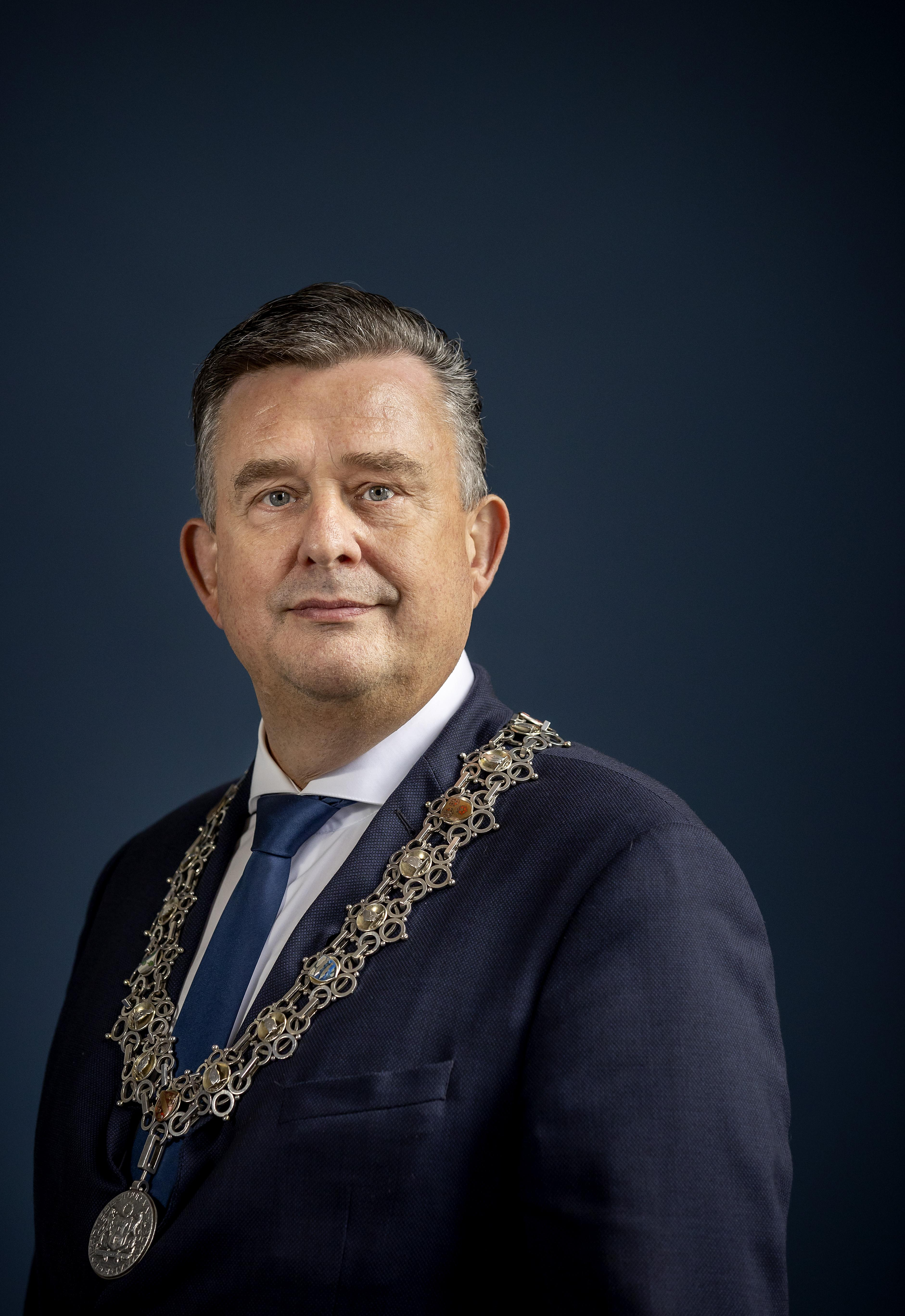 Nieuwe voorzitter Veiligheidsregio Emile Roemer noemt corona-situatie ongelooflijk ernstig. 'Ga alsjeblieft geen Sint Maarten vieren'