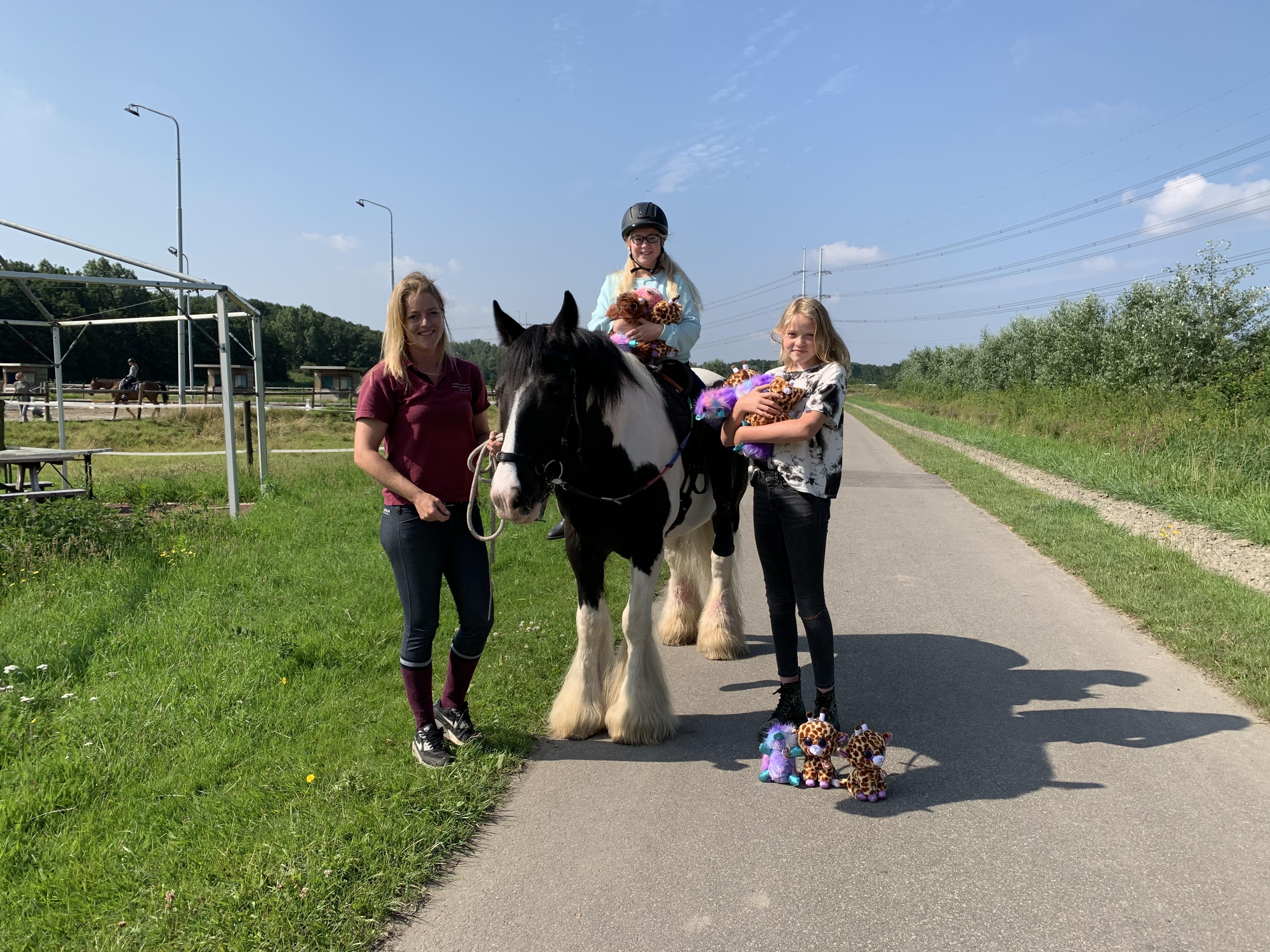 Stichting Vienna uit Velsen-Zuid kan door donatie jubilerend Hooge Waerder meer paardrijlessen geven aan mensen met beperking