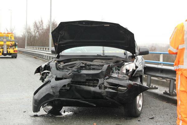 Gewonde en veel schade bij ongeval met vrachtwagen op Knooppunt Zaandam