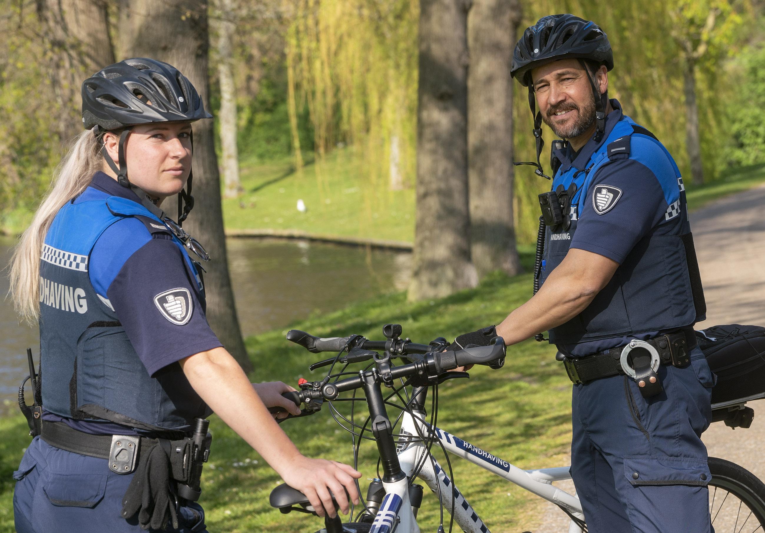 Op patrouille met Alkmaarse boa's in coronatijd: er is voor chillende hangjongeren in park Oosterhout geen ontkomen aan