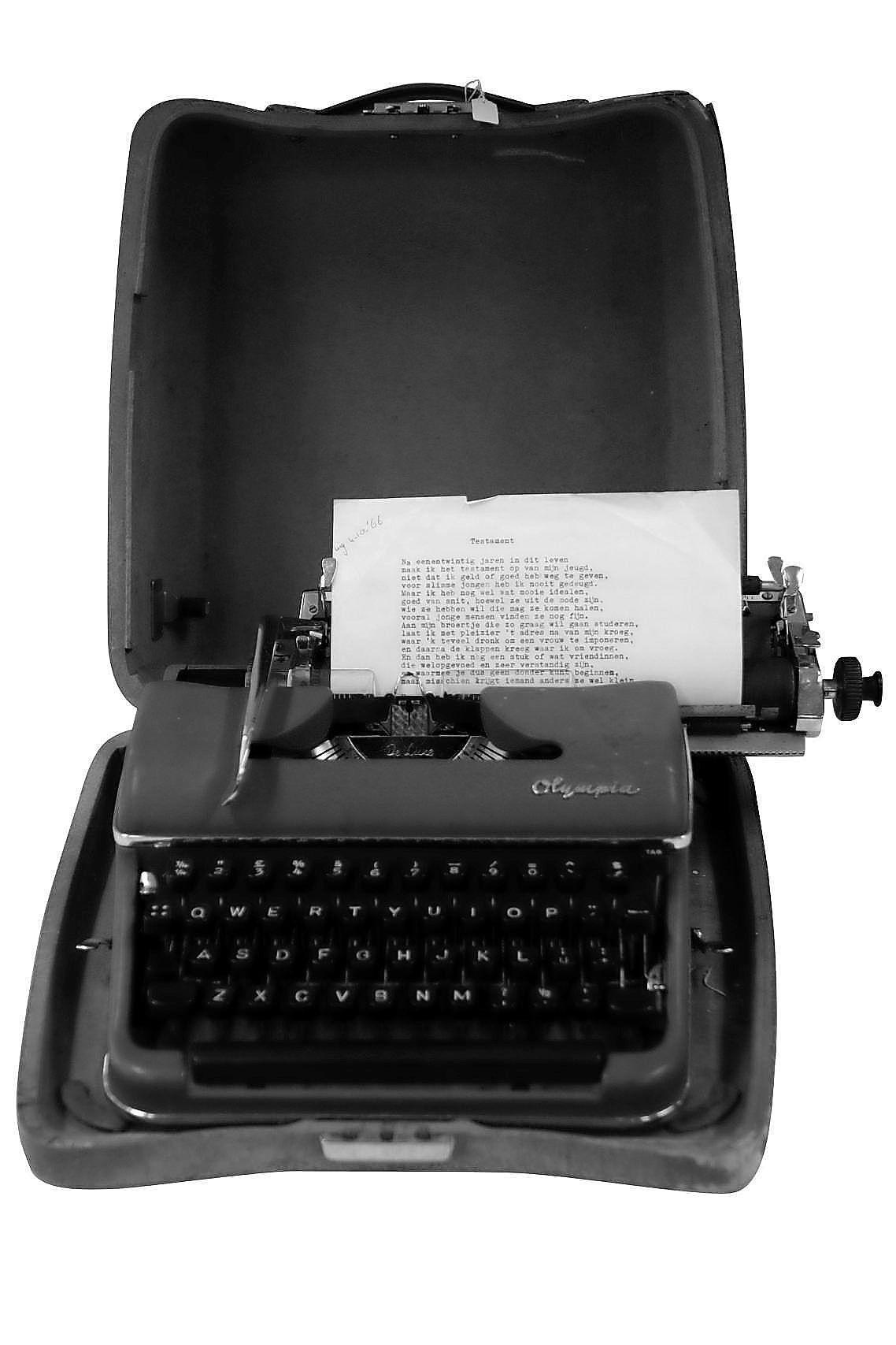 Over gedoe gesproken: ik moest mijn scriptie destijds op zo'n ouderwetse typemachine maken. Dat ding maakte een ongelooflijke kolereherrie [column]