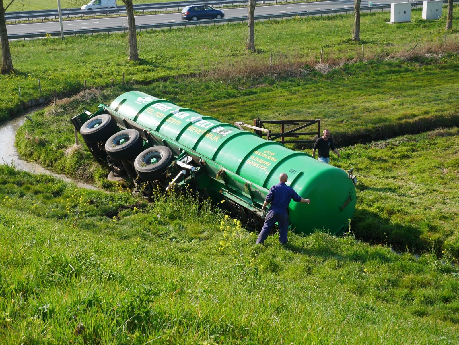 Vrachtwagenoplegger rolt van talud in Akersloot
