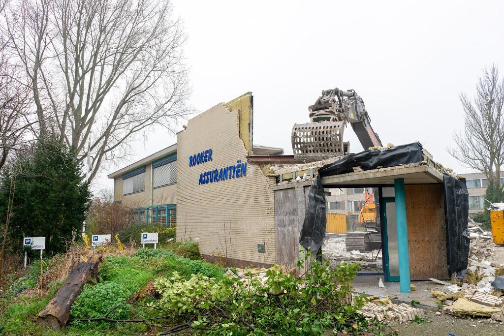 Rookerpand na jaren van leegstand uit straatbeeld Bloemaertlaan verdwenen. Nieuwbouw van 16 woningen
