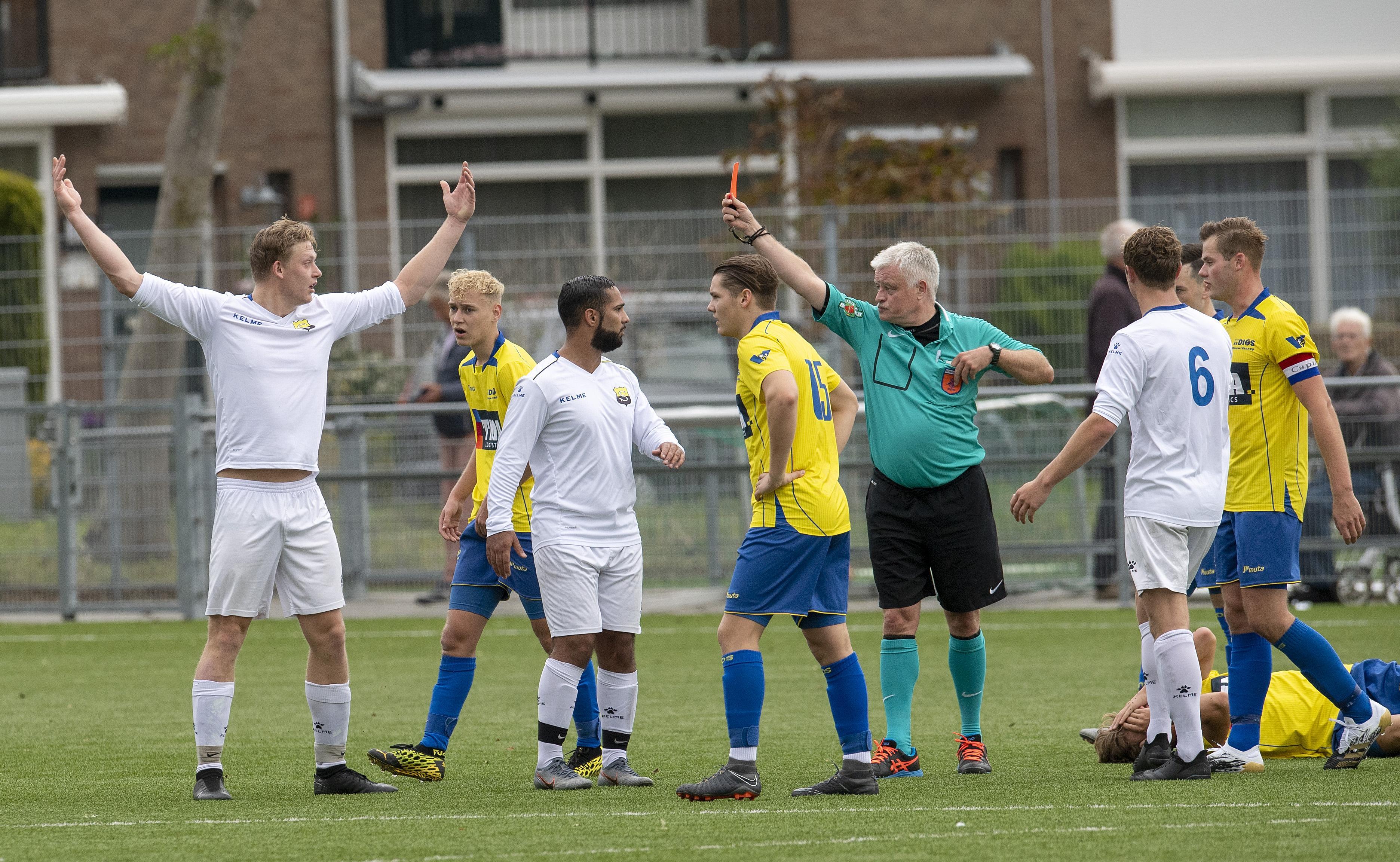 Zes goals, een onterechte rode kaart en vooral ontevreden spelers na 3-3 gelijkspel tussen DIOS en Schoten