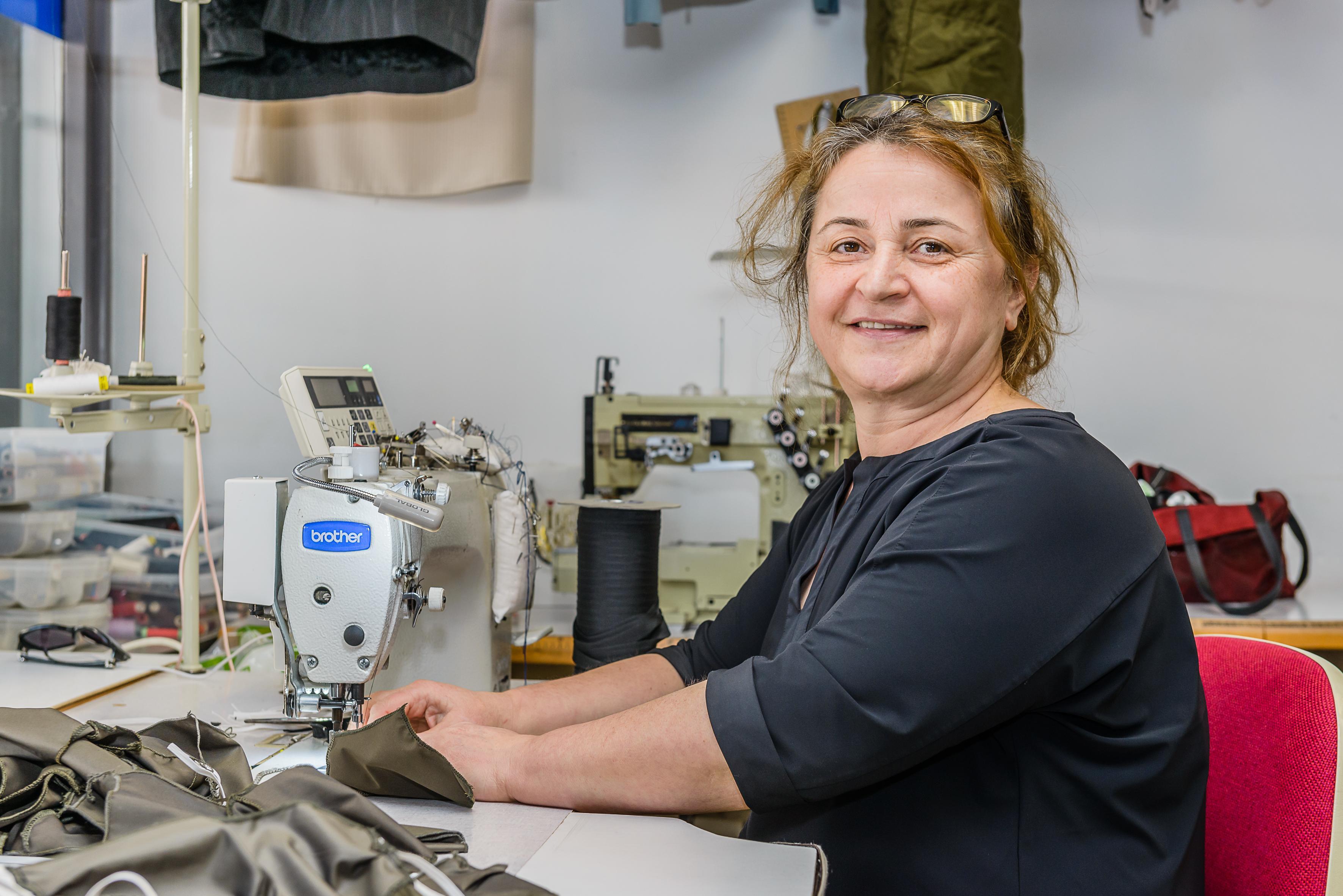 Gülten Uzun uit Landsmeer maakt mondkapjes: 'Ik heb er honderden gemaakt en weggegeven'