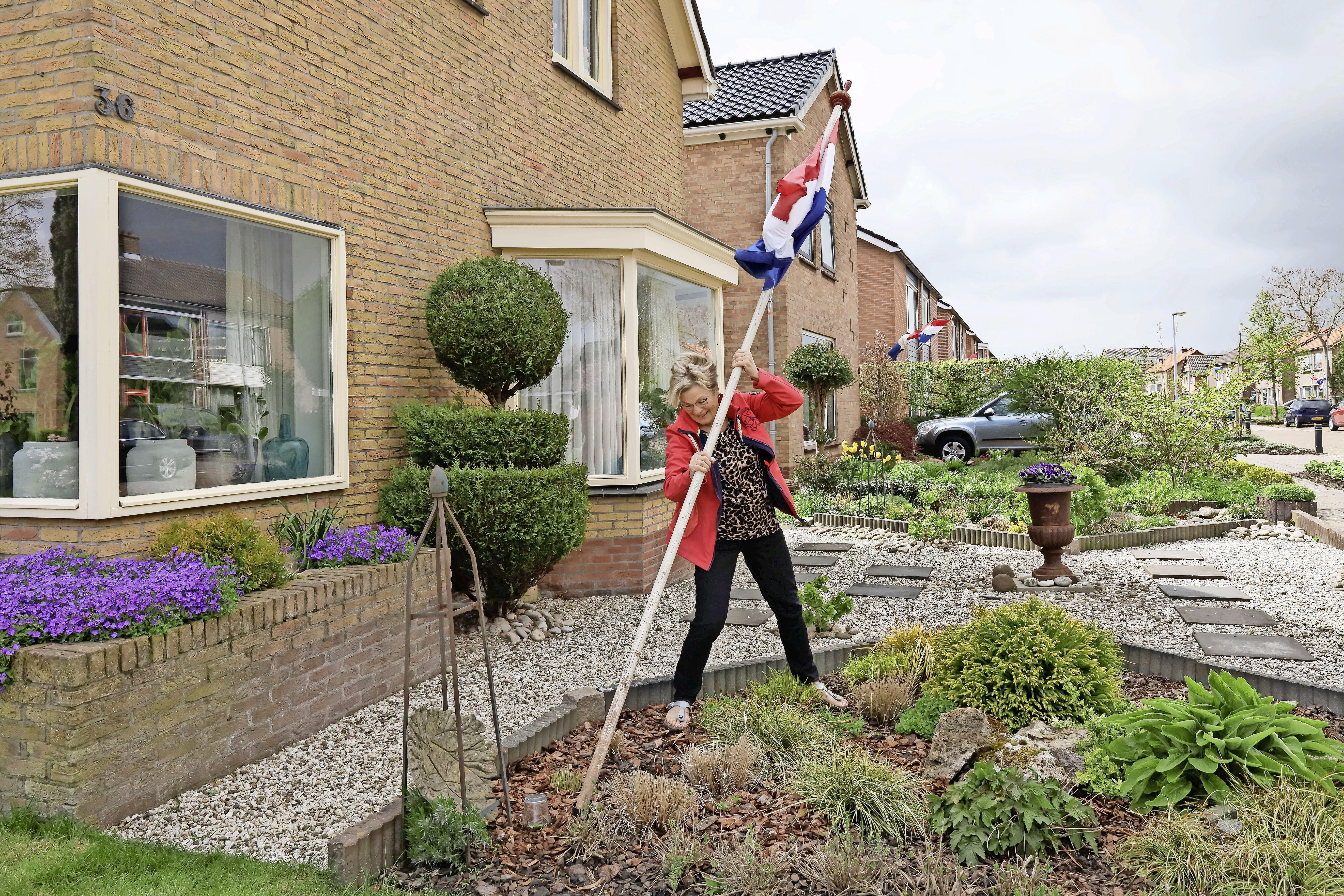 'Ik weet het nog zo goed. Mijn vader kwam met witbrood thuis', herinnert Brigitte van Baar zich. De vlag gaat uit op de 'bijzondere' Bevrijdingsdag
