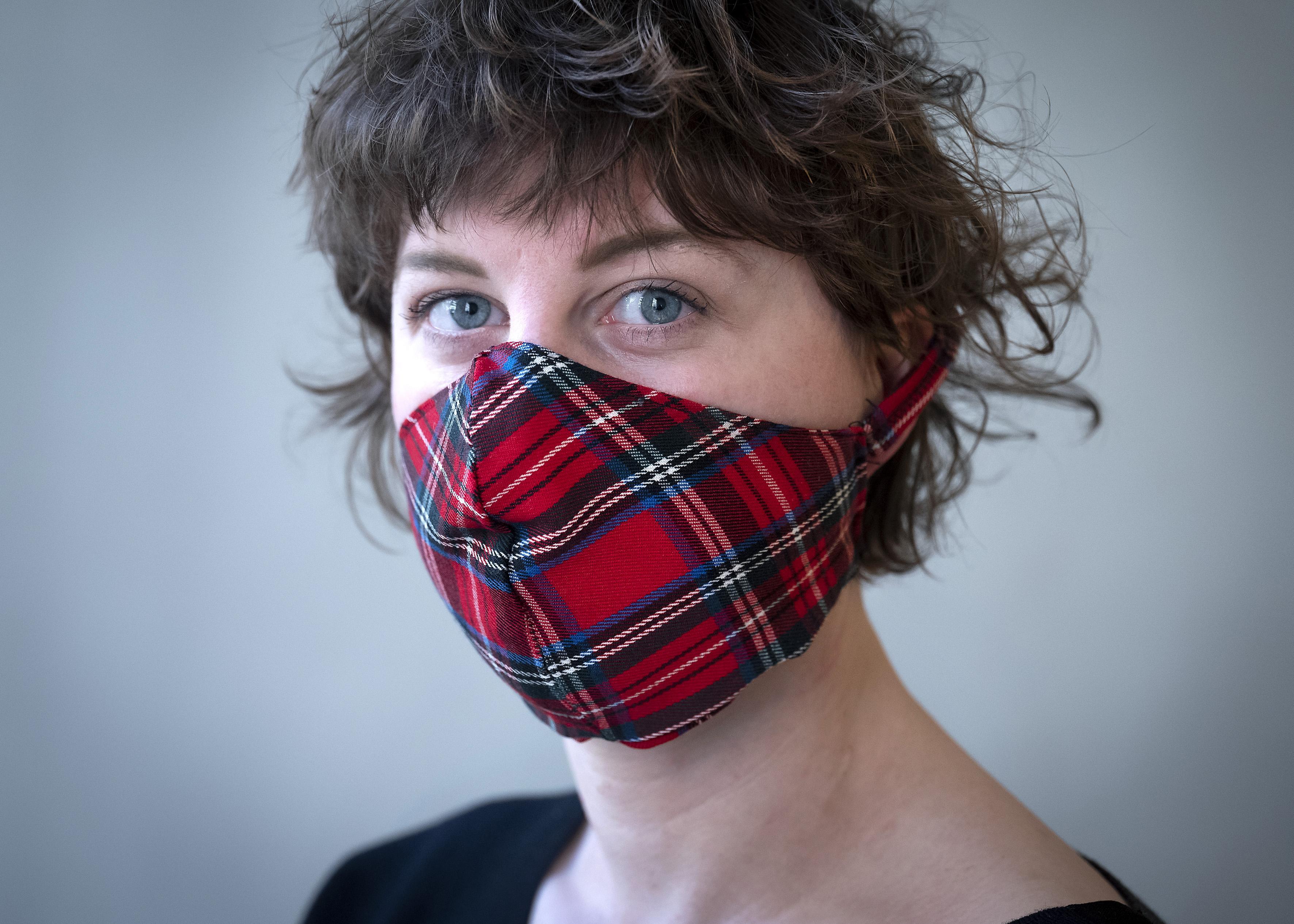 Stijlvolle mondkapjes naaien is inmiddels volle dagbesteding voor Haarlemse kunstenares Madelief Geus: 'Je kan ze ook als sjaaltje dragen!'