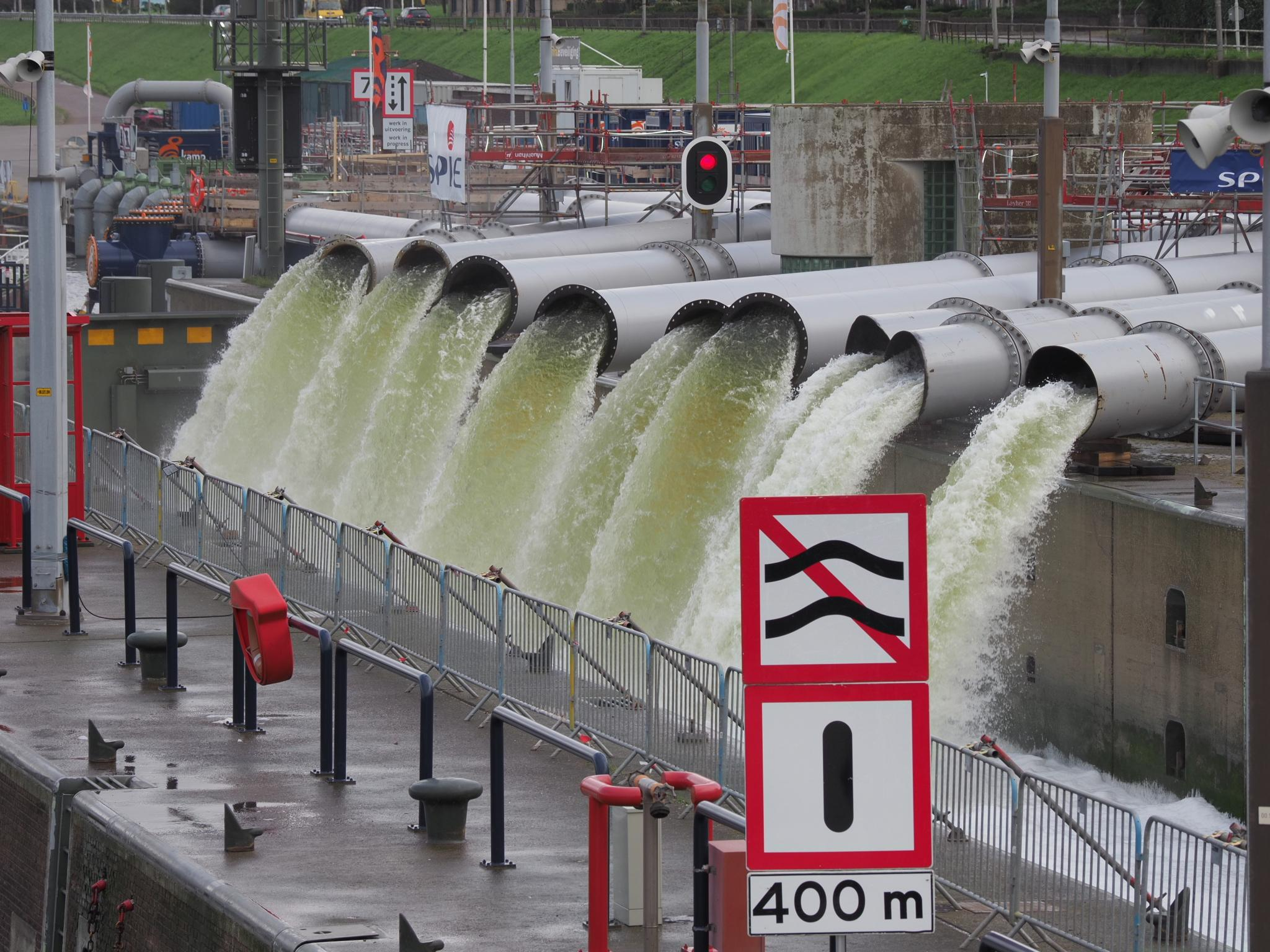 Noodpompen IJmuiden draaien op volle toeren om overtollig regenwater weg te pompen [video]