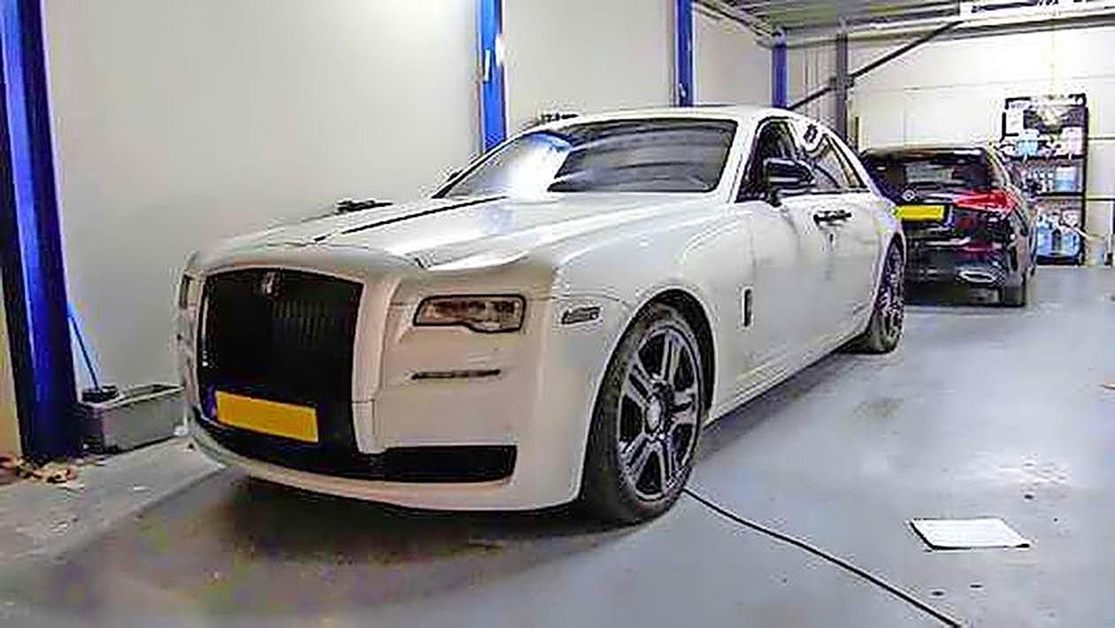Politie Kennemersland start grootschalig witwasonderzoek naar luxe-autoverhuurder van BN'ers