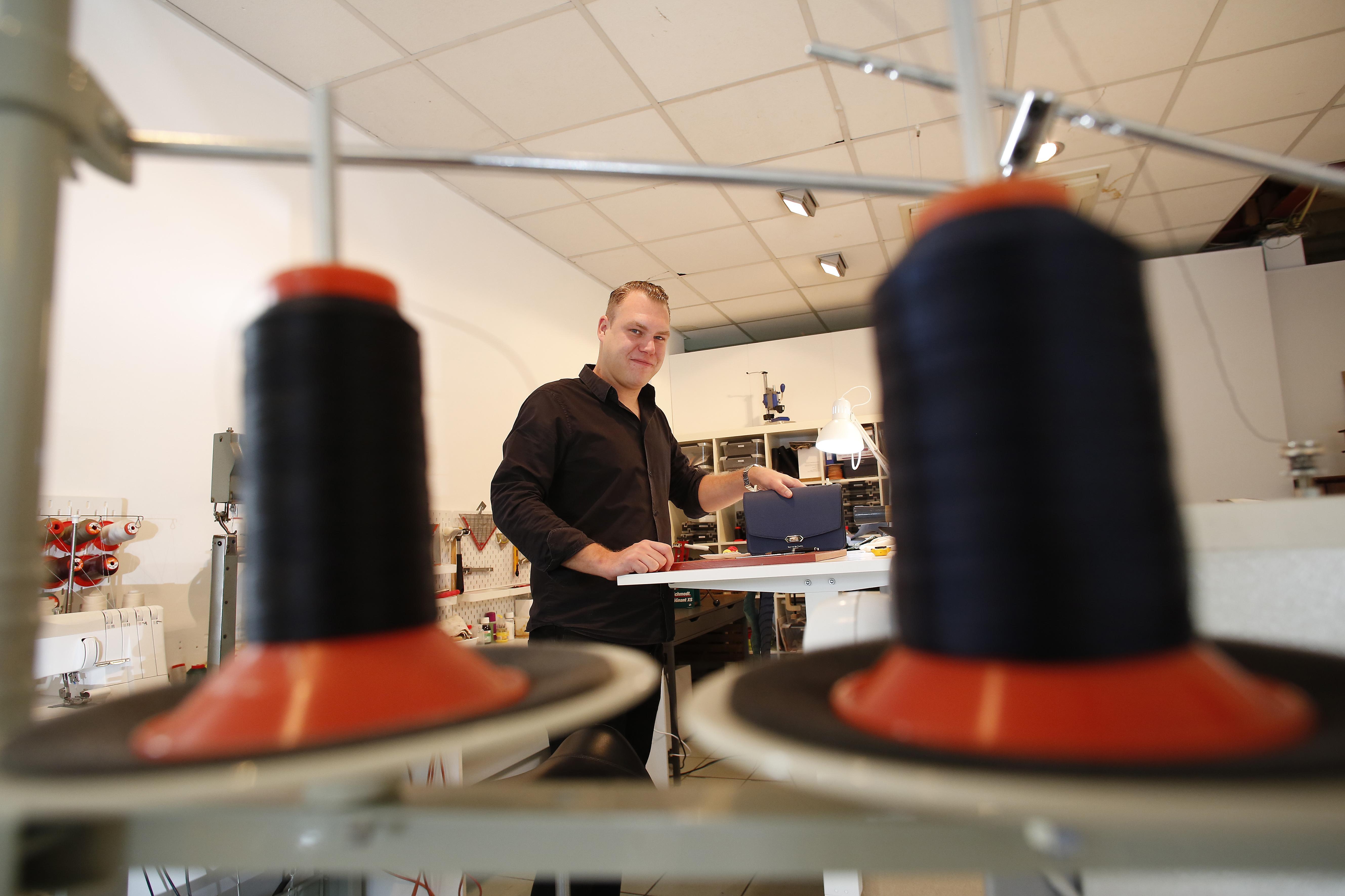 Luxe leren tassen worden met de hand gemaakt in de 'Gijsbrecht': 'Ik zette er ambitieus 'Roy van der Linden' op want ik dacht dat ik de hele wereld aankon'