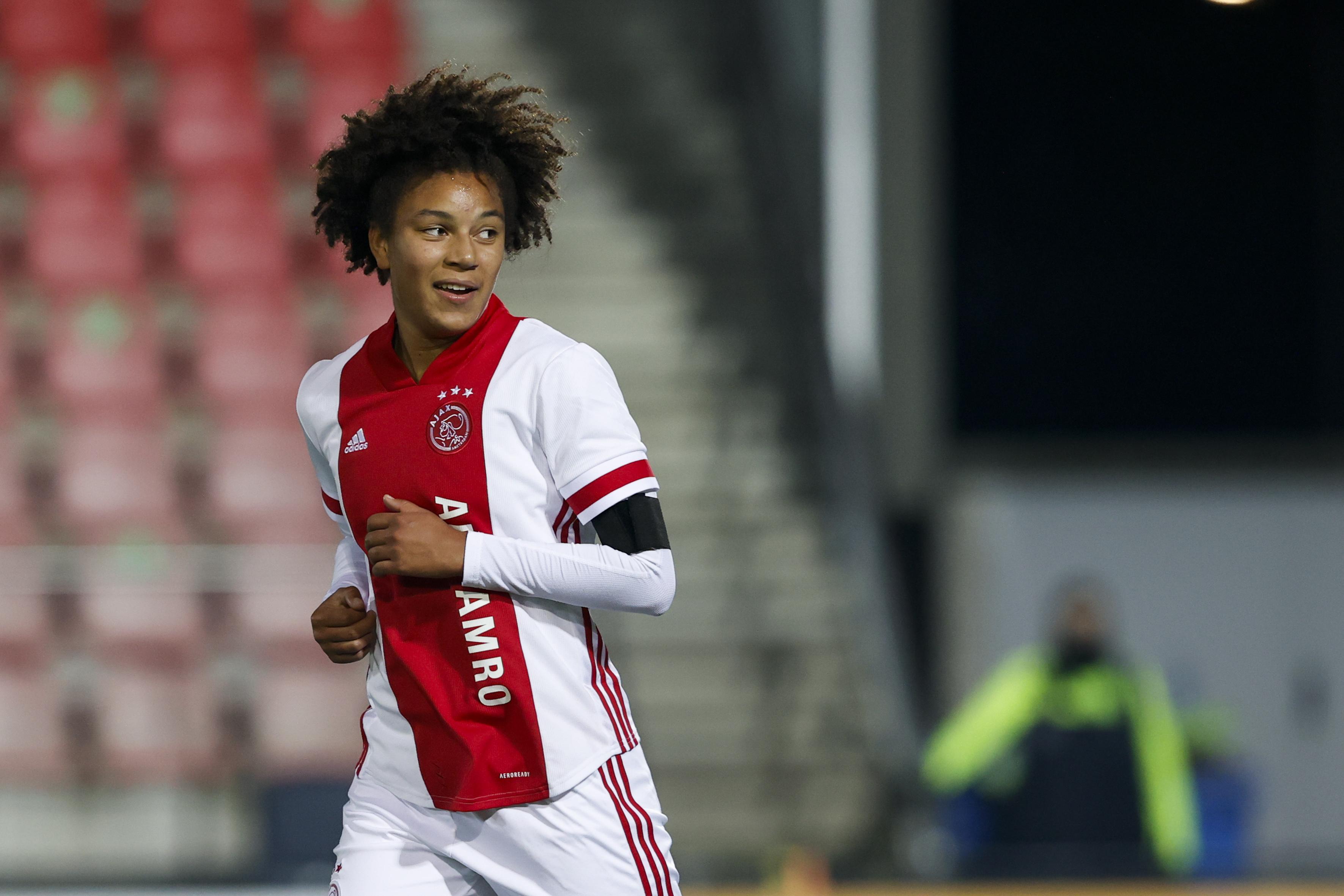 Isabelle Hoekstra nieuw bij Ajax: 'In eerste instantie durfden ze niet om het duel aan te gaan. Daarna merkten ze dat ik toch aardig kon voetballen en pakten ze me aan. Zo kreeg ik goede tegenstand'