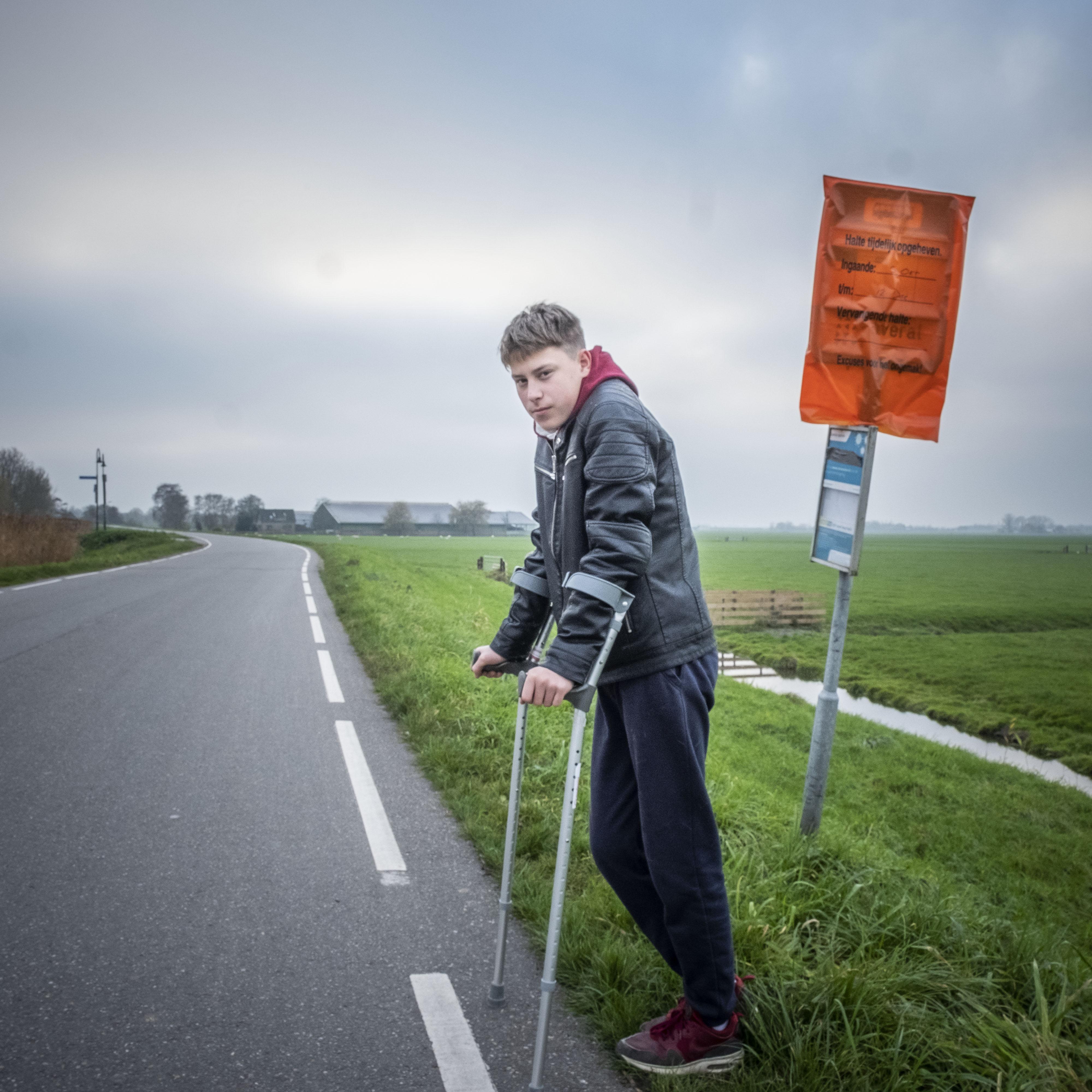 Wouter(15) uit Grootschermer kneust zijn knie en mag niet meer fietsen. De bus dus. Die komt niet. Hij kan niet op de school komen in Alkmaar. Een brief aan de burgemeester volgt