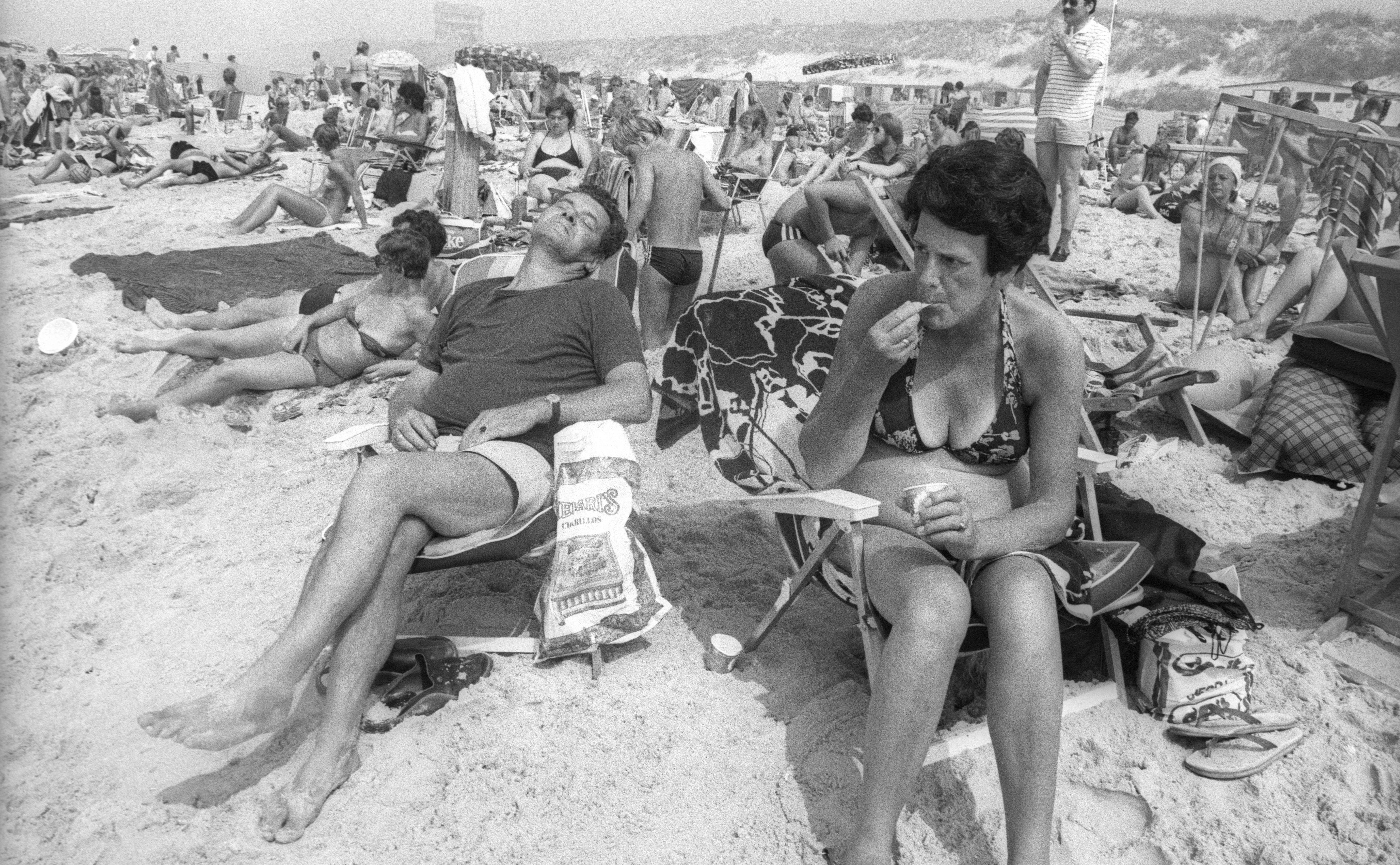 Overvolle stranden, uitpuilende parkeerterreinen. Nu ondenkbaar. Om de herinnering levend te houden: terug naar 1981, Egmond aan Zee...