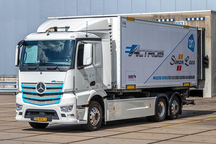Simon Loos transport gaat als eerste in Nederland elektrische trucks Mercedes testen