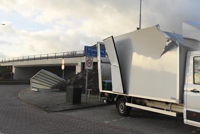 Viaduct in Rijpwetering blijkt te laag voor vrachtwagen; dak eraf