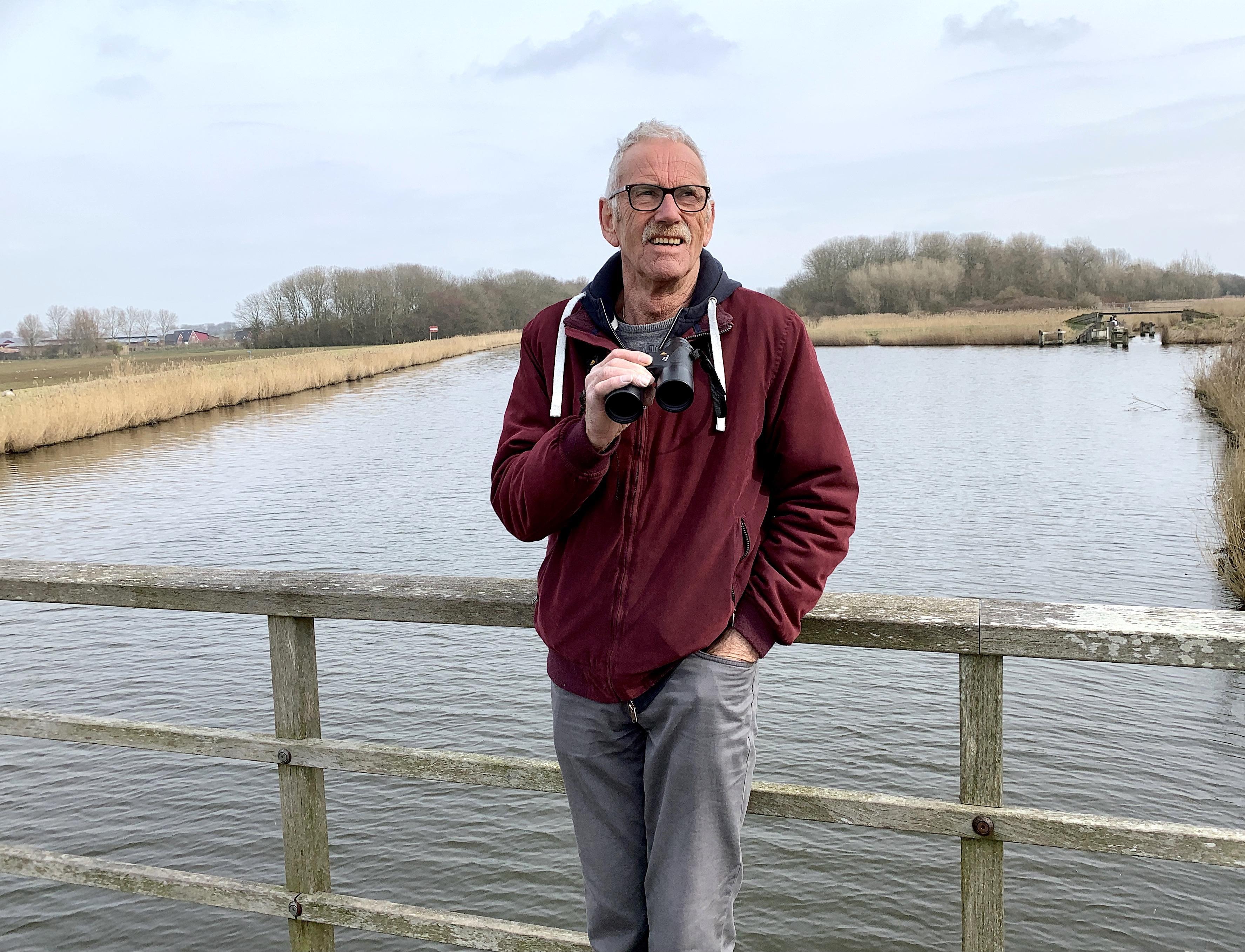 'Ik zie ze vliegen, al mijn leven lang', zegt 'bird-nerd' Paul Hof (70) uit Bergen. ,,Dat ik van vogels houd, komt ook doordat ik weet hoe mensen soms kunnen zijn.''
