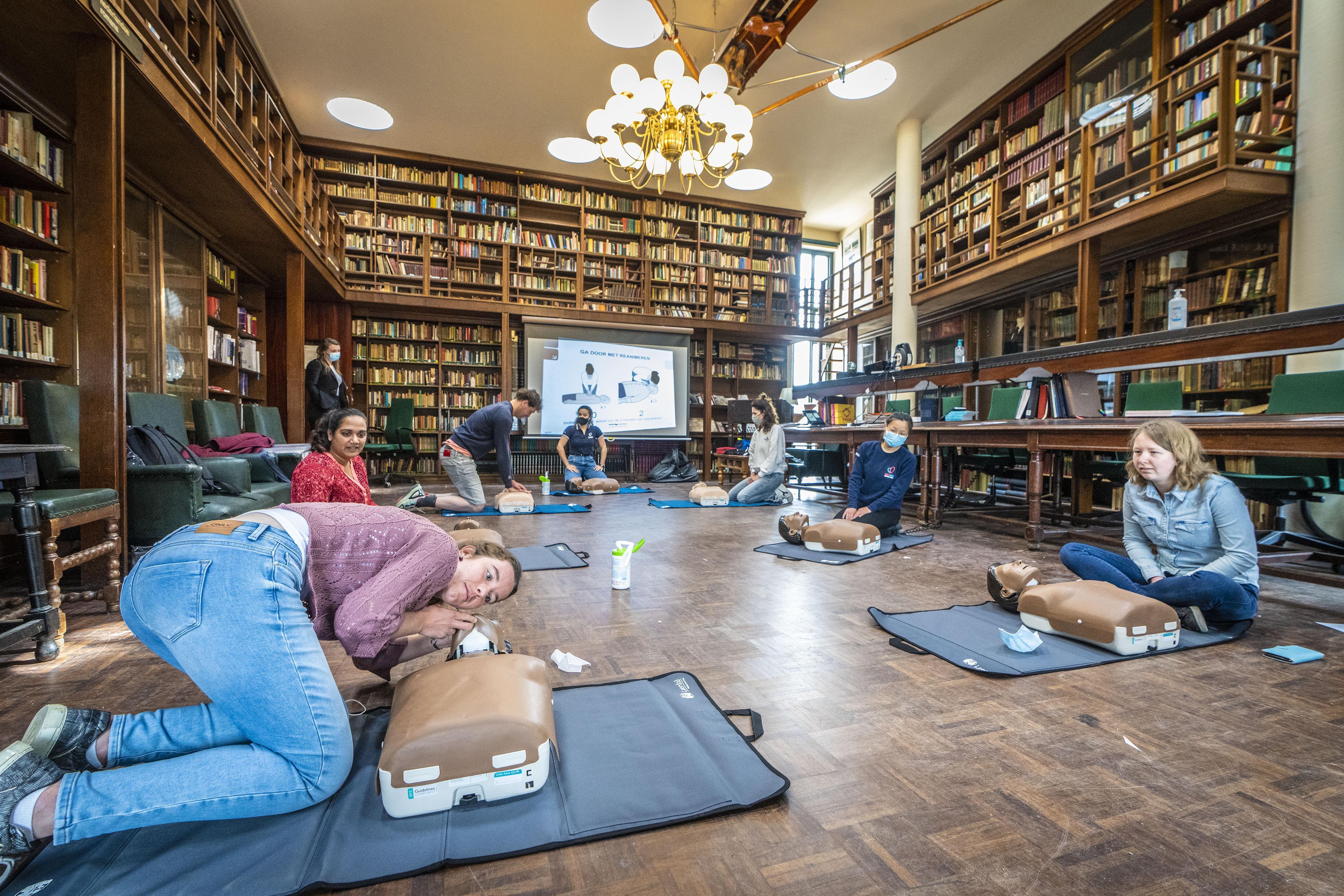 Leren reanimeren in de bibliotheek van studentenvereniging Minerva: 'Ik hoop de opgedane kennis nooit in de praktijk te hoeven gebruiken'