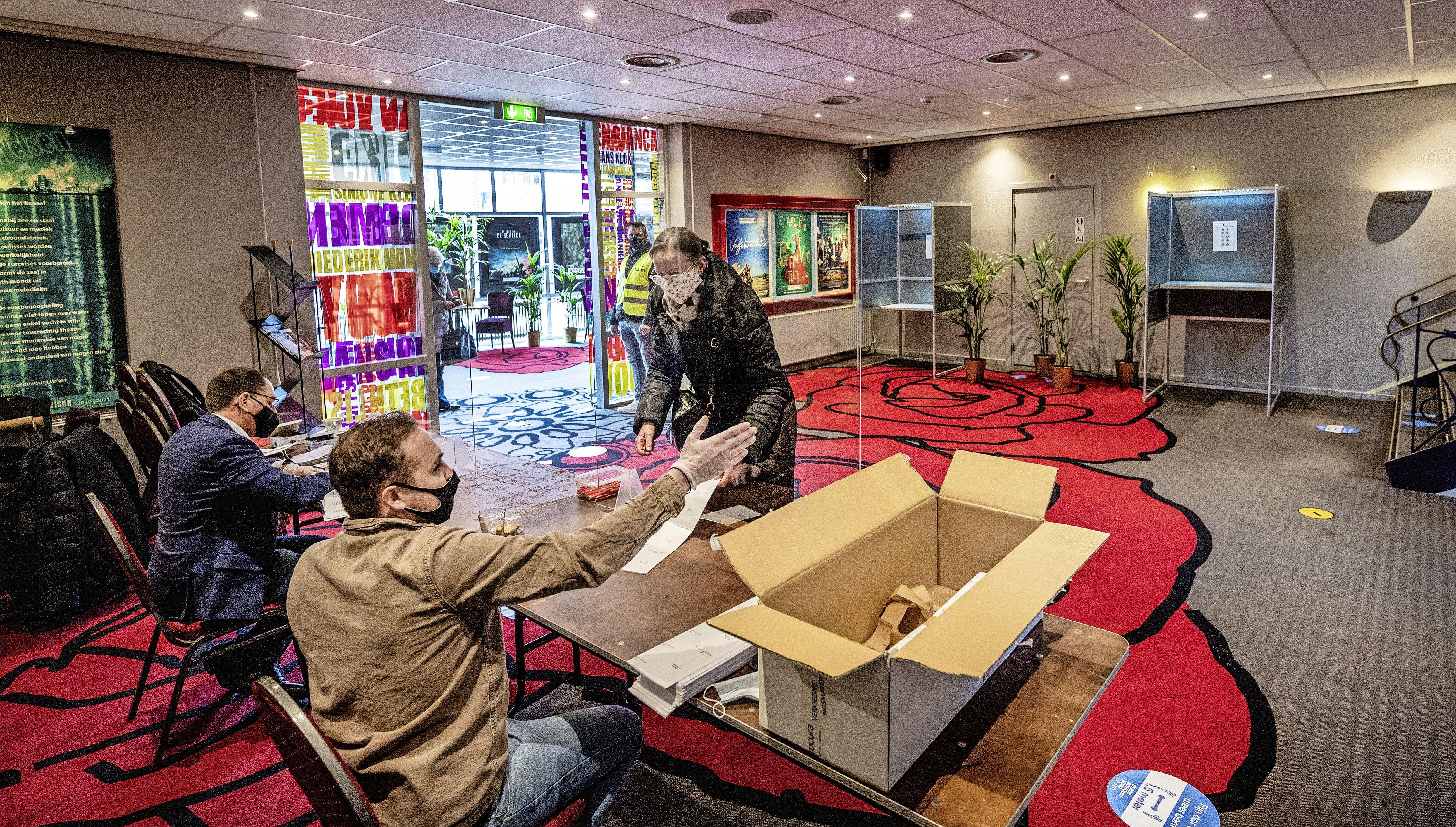Voor een dag weer even leven in de foyer van Stadsschouwburg Velsen: 'stemmers stonden om 7.15 uur al buiten'