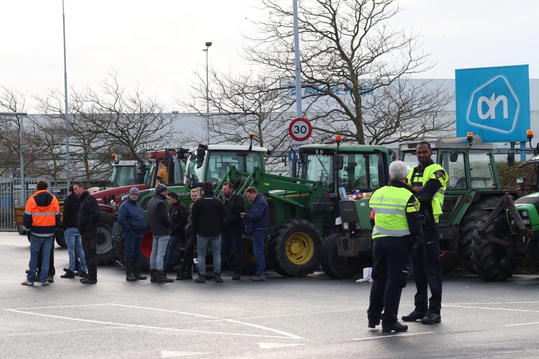 Boeren protesteren bij distributiecentrum Albert Heijn in Zaandam