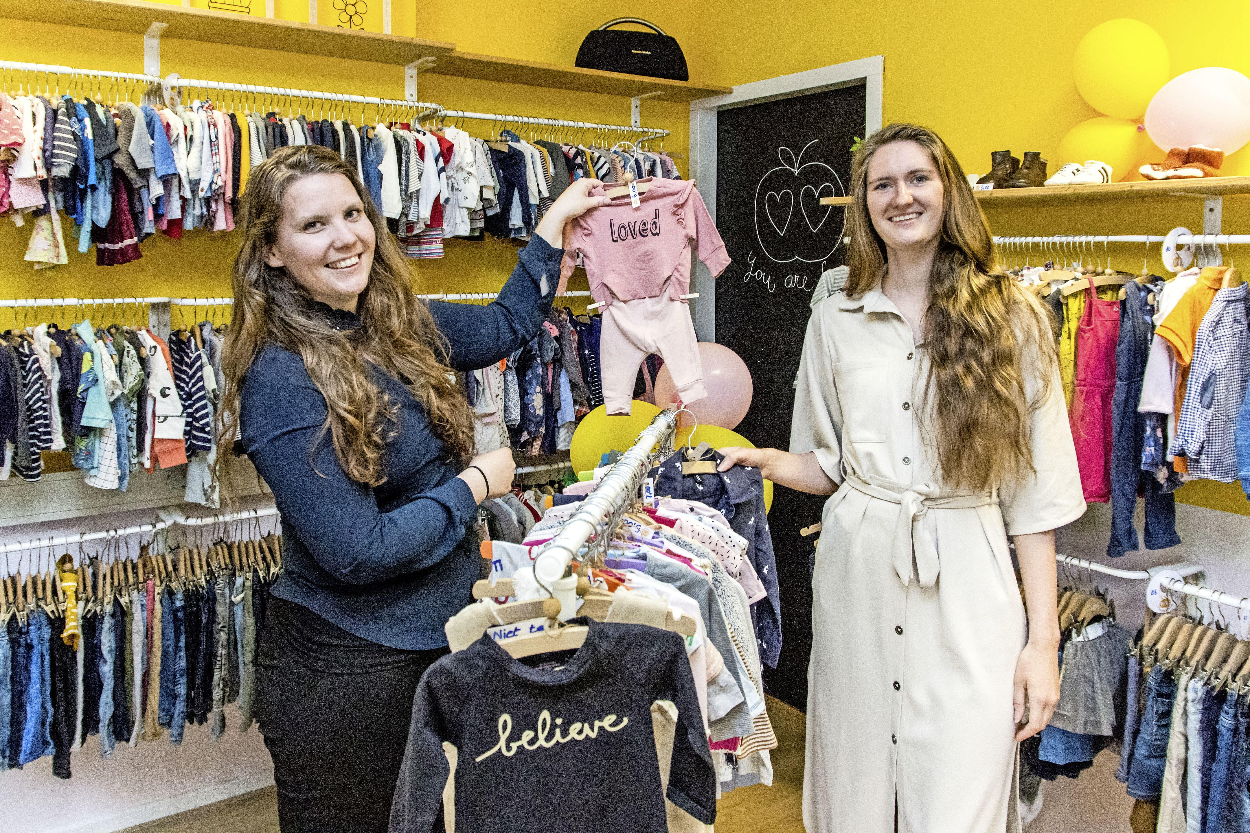 't Oogappeltje verkoopt tweedehands kinderkleding. 'We hopen dat deze plek uitgroeit tot ontmoetingsplaats voor moeders en kinderen.'
