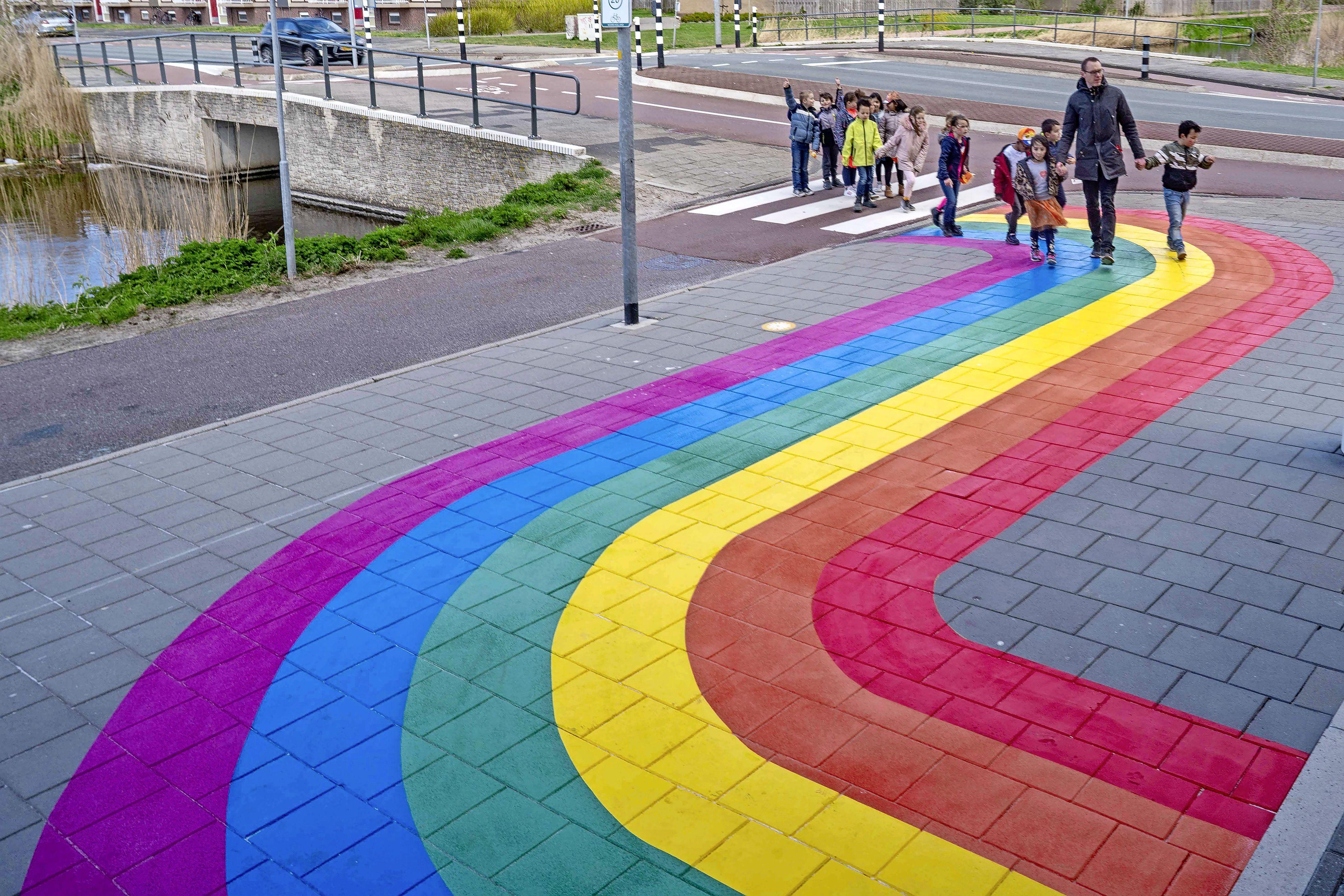 Gekleurd pad bij basisschool De Duynvaerder als teken van verdraagzaamheid. 'Geaardheid, godsdienst en kleur mag geen rol spelen'