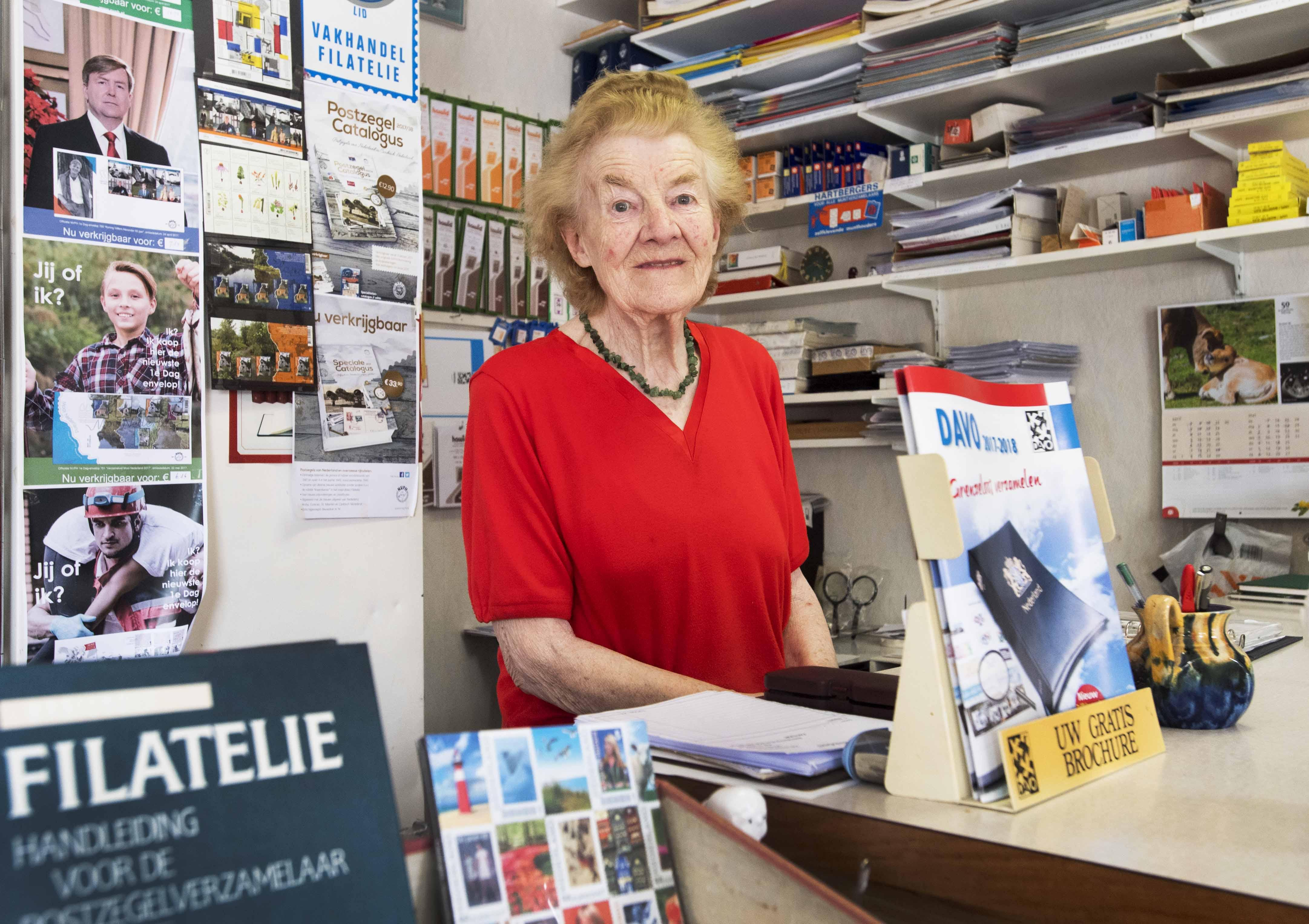 Postzegelwinkel IJmuiden: 'Pak je postzegelverzameling weer eens op'