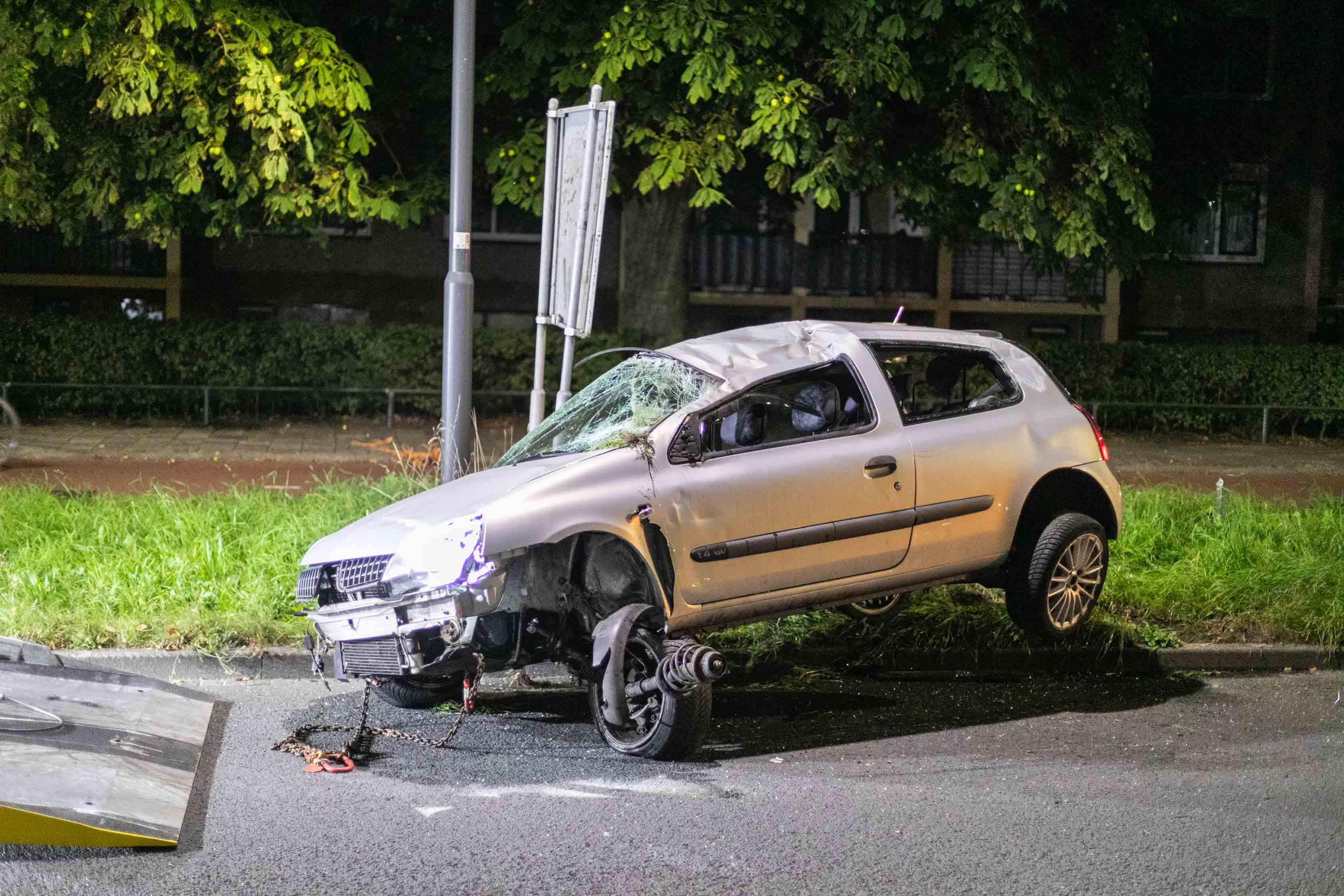 Auto crasht in Haarlem, bestuurder kiest hazenpad