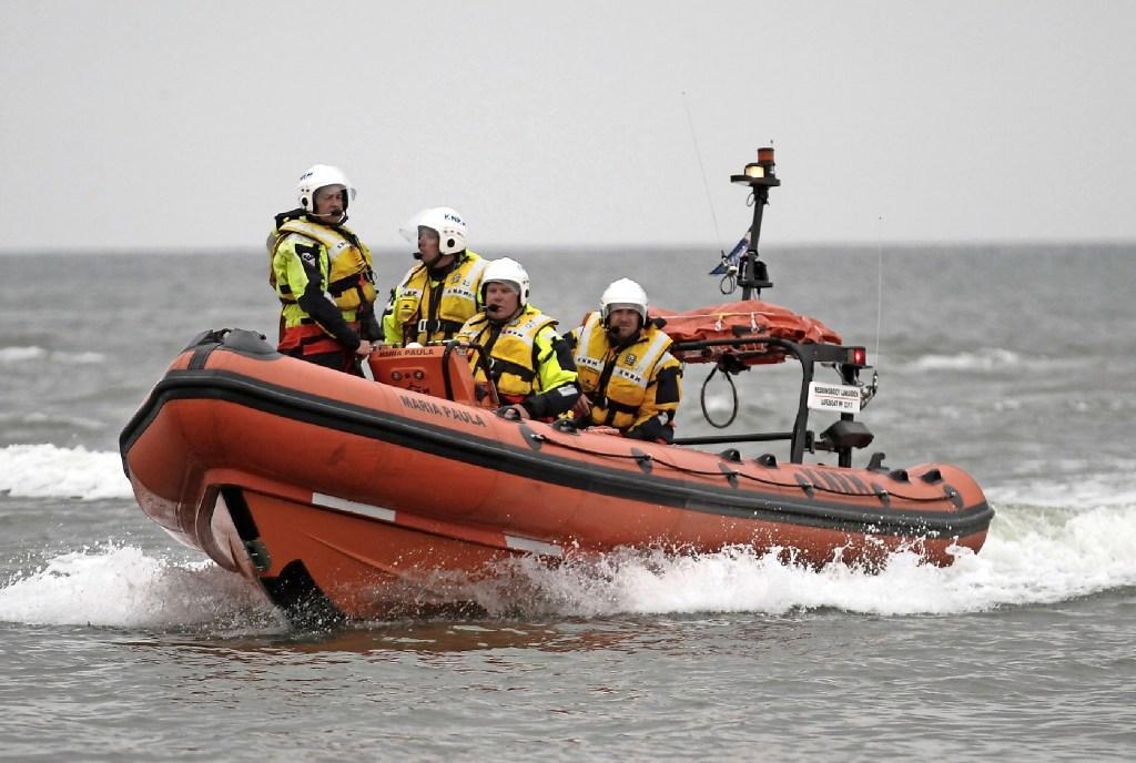 KNRM-Den Oever schiet driekoppige bemanning van op Waddenzee omgeslagen catamaran te hulp, avontuur loopt goed af