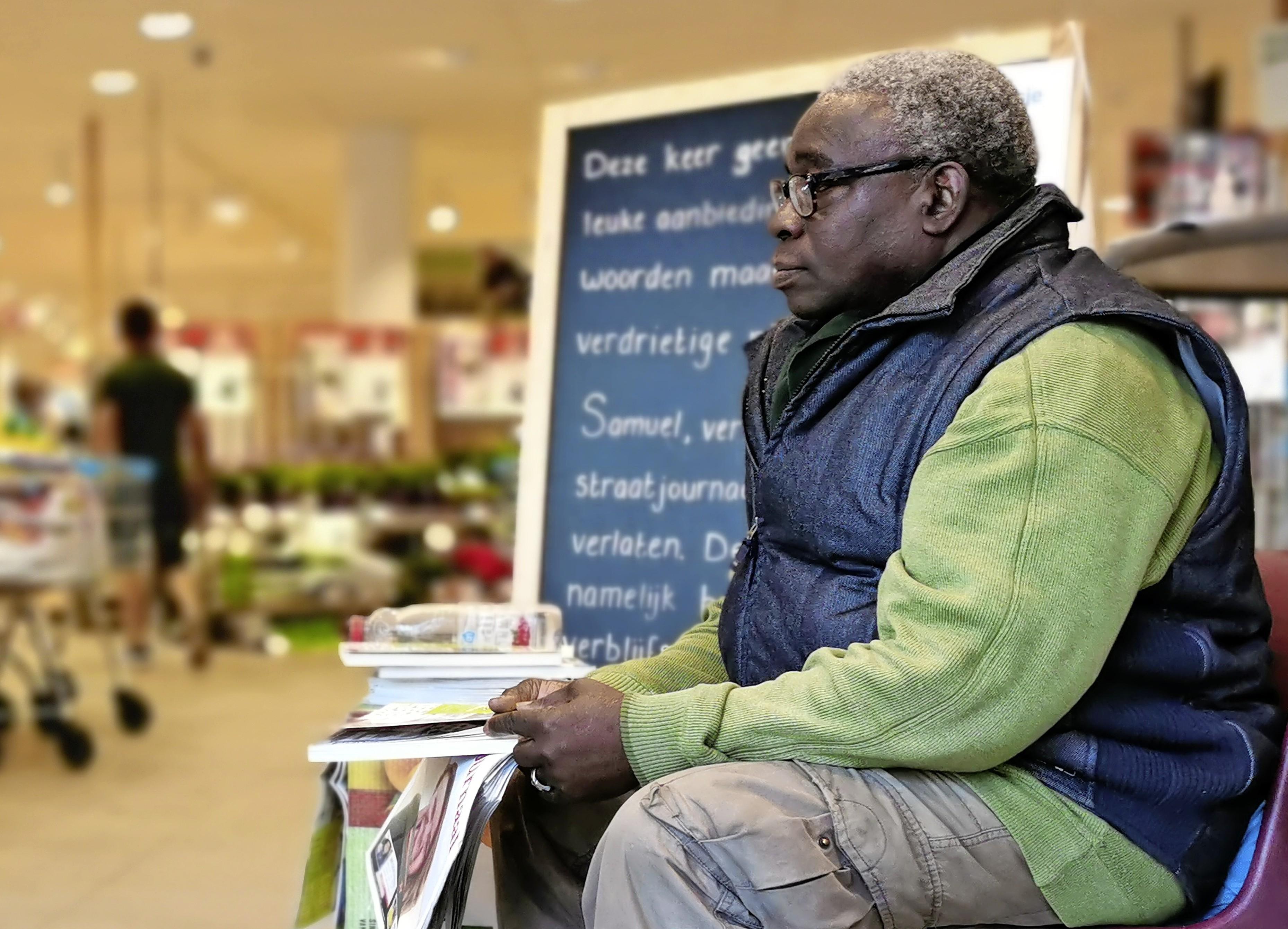 Nigeriaanse straatkrantverkoper Samuel keert vanwege het coronavirus terug op zijn oude stek