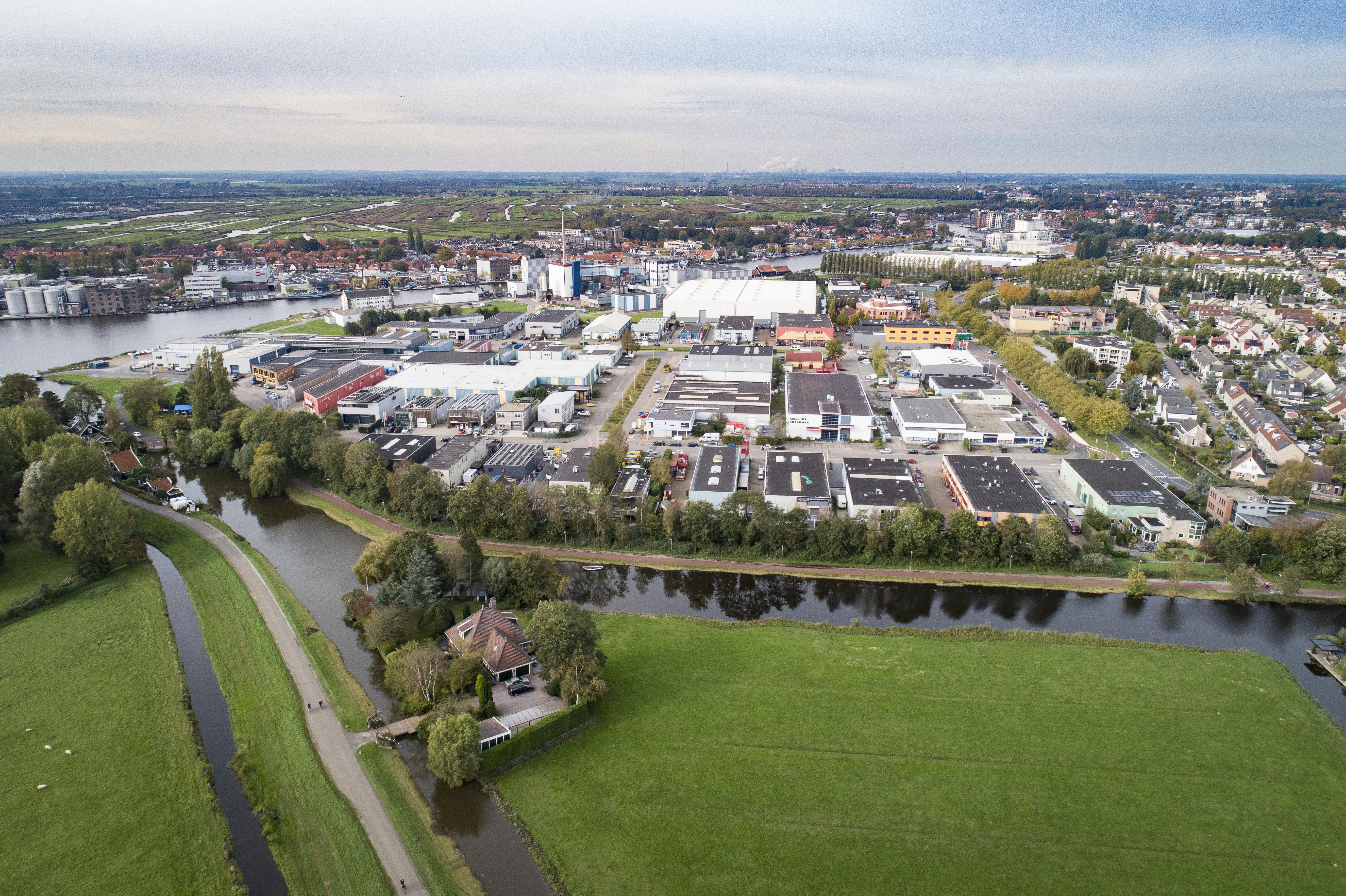 Westerveer, bedrijvig plekje in Zaandriehoek [luchtfoto]