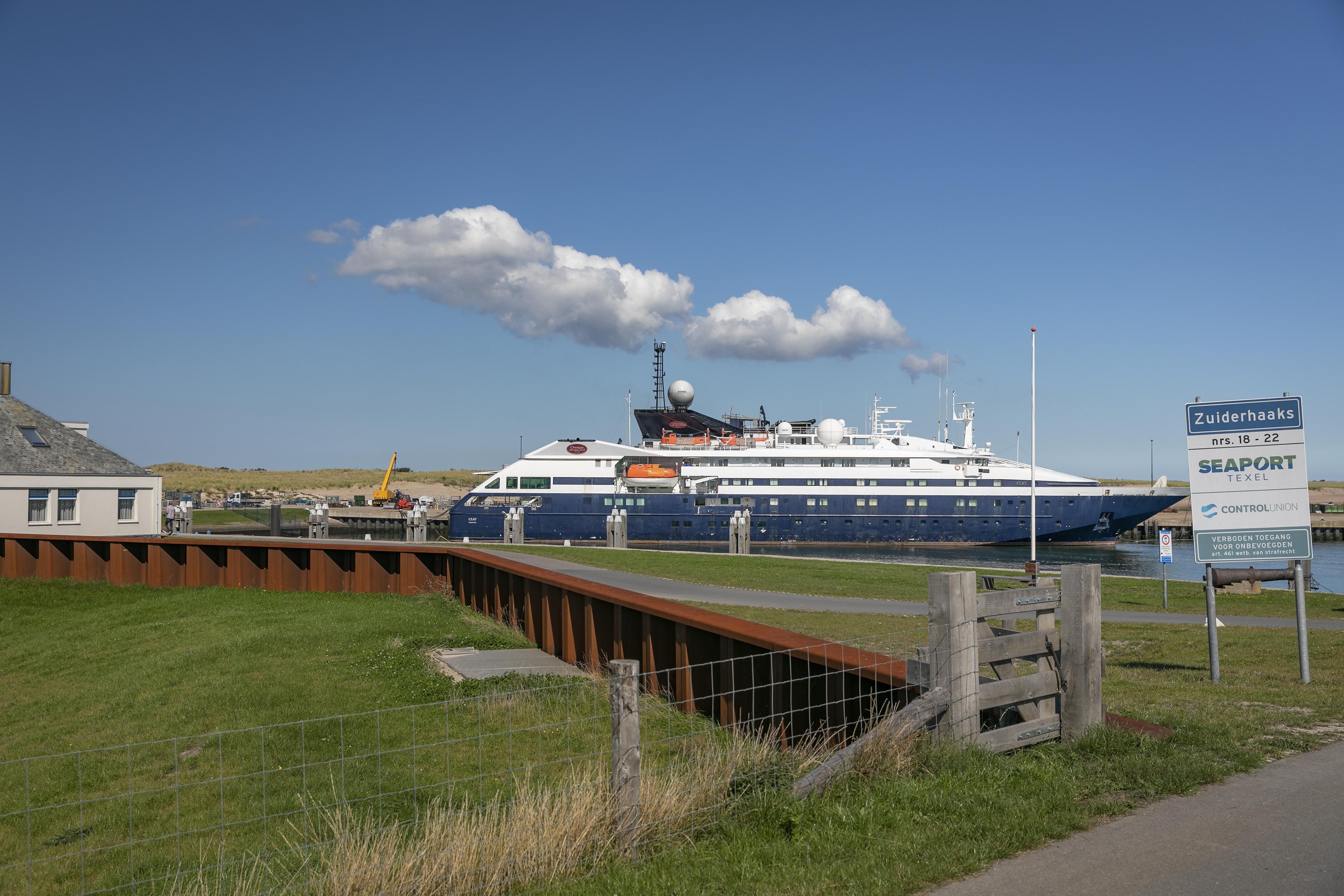 Wat torent daar boven het vlakke polderlandschap uit? Cruiseschepen op een plek op Texel waar je ze niet verwacht