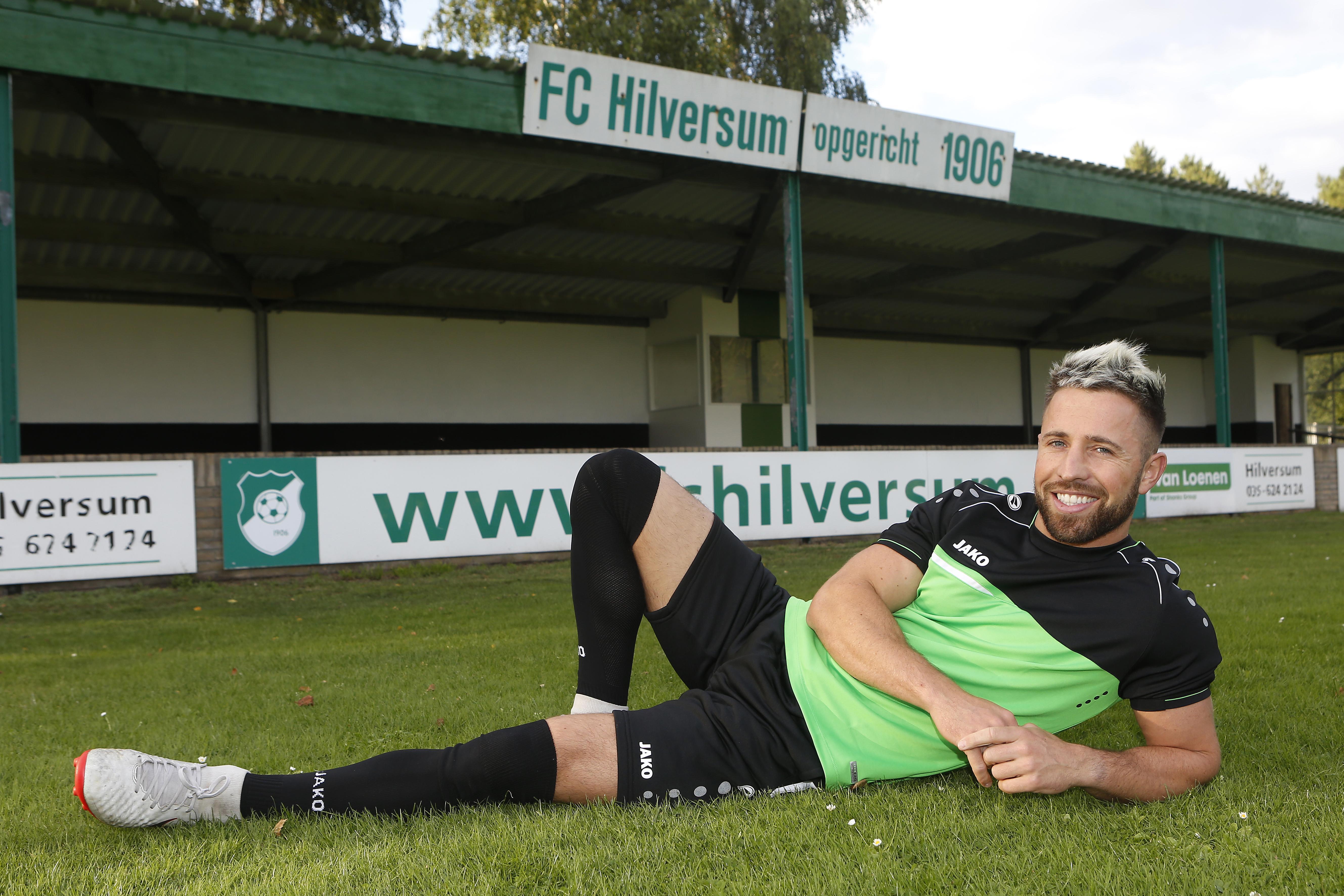 'Blonde Maradonna' Dennis de Loos moet FC Hilversum uit derde klasse helpen: 'Ik denk dat ze wel wat van me verwachten. We zullen kijken of ik dat kan waarmaken'