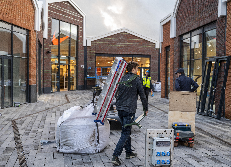Eerste outletcentrum in de Randstad gaat bijna open, 363 dagen per jaar op koopjes jagen in stad die oprijst uit het water