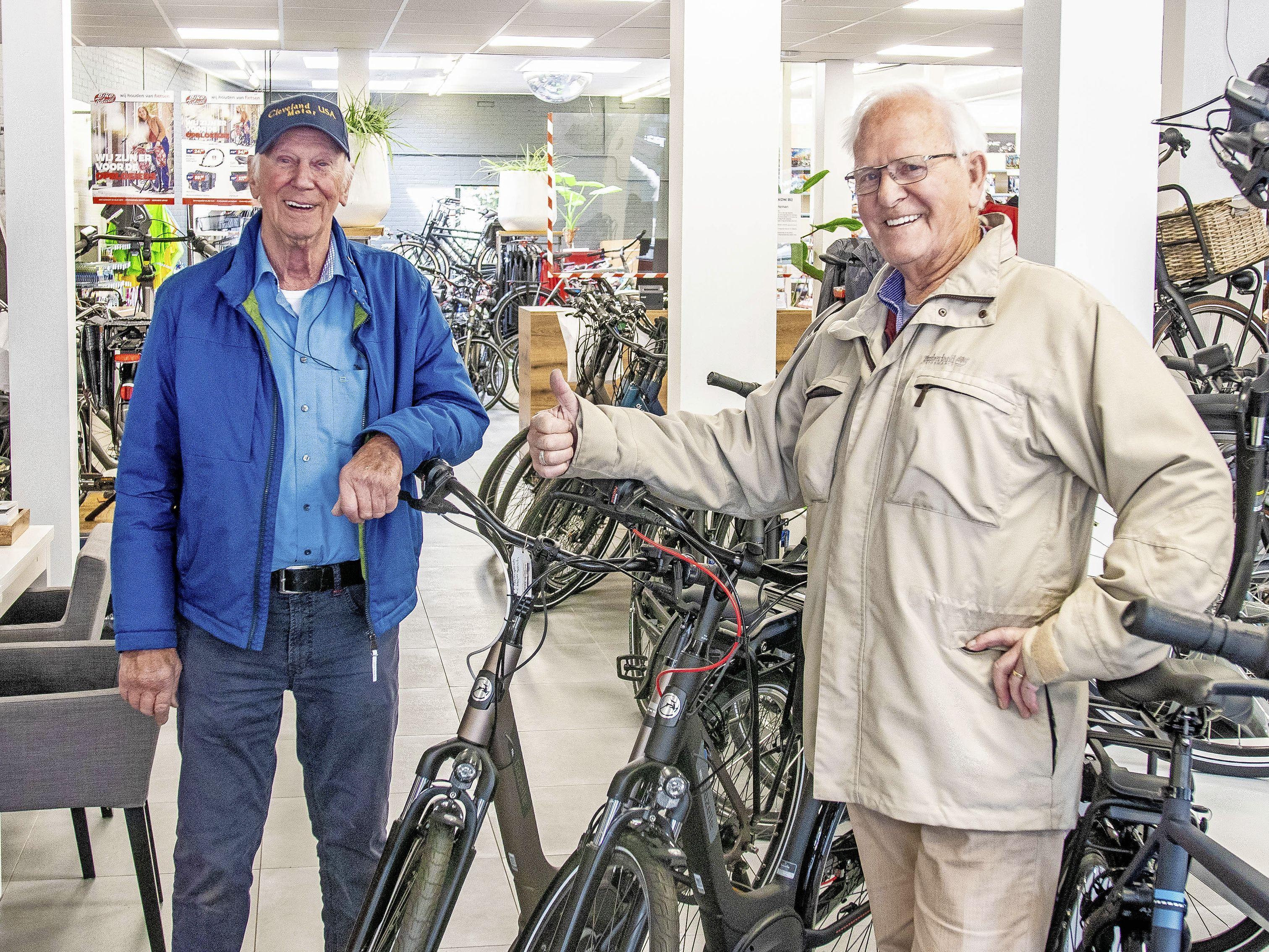 Moudou uit Gambia traint nu voor de Paralympische Spelen op een driewiel-handfiets uit Warmenhuizen. Fietszaak Heman kreeg het exemplaar na tachtig jaar terug van een revalidatiecentrum. 'Wonderlijk'