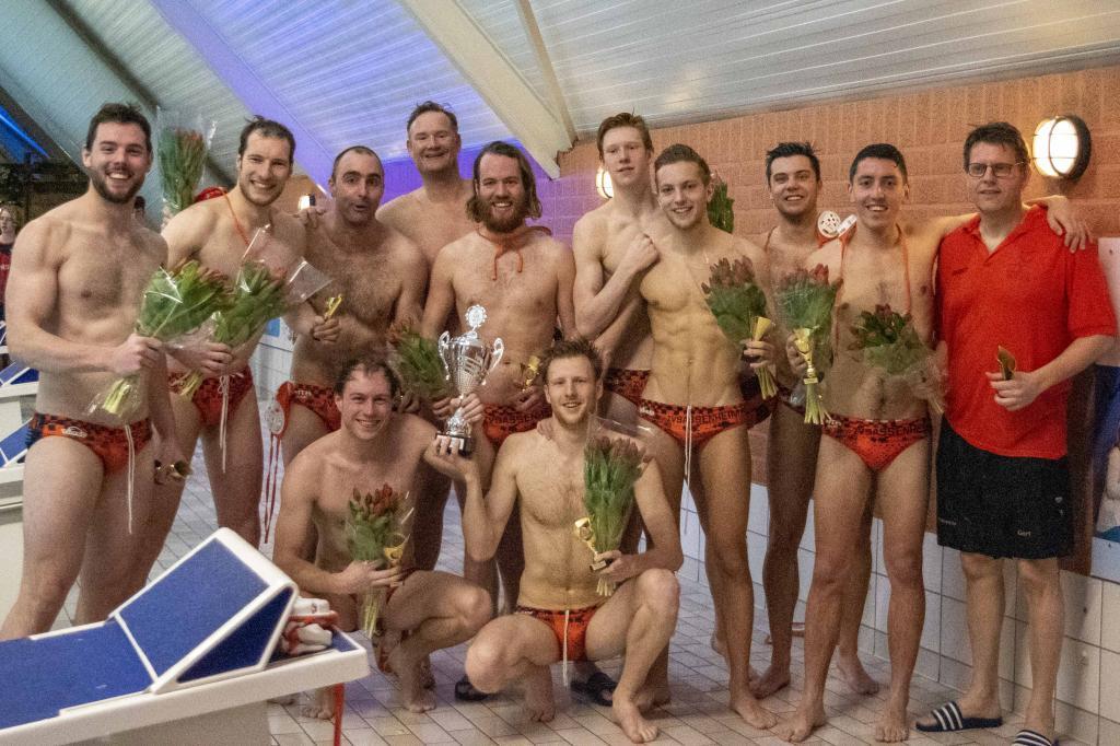 Het kampioenschap is al weken geleden gevierd maar nu staat de titel voor waterpoloërs ZV Sassenheim op de tocht