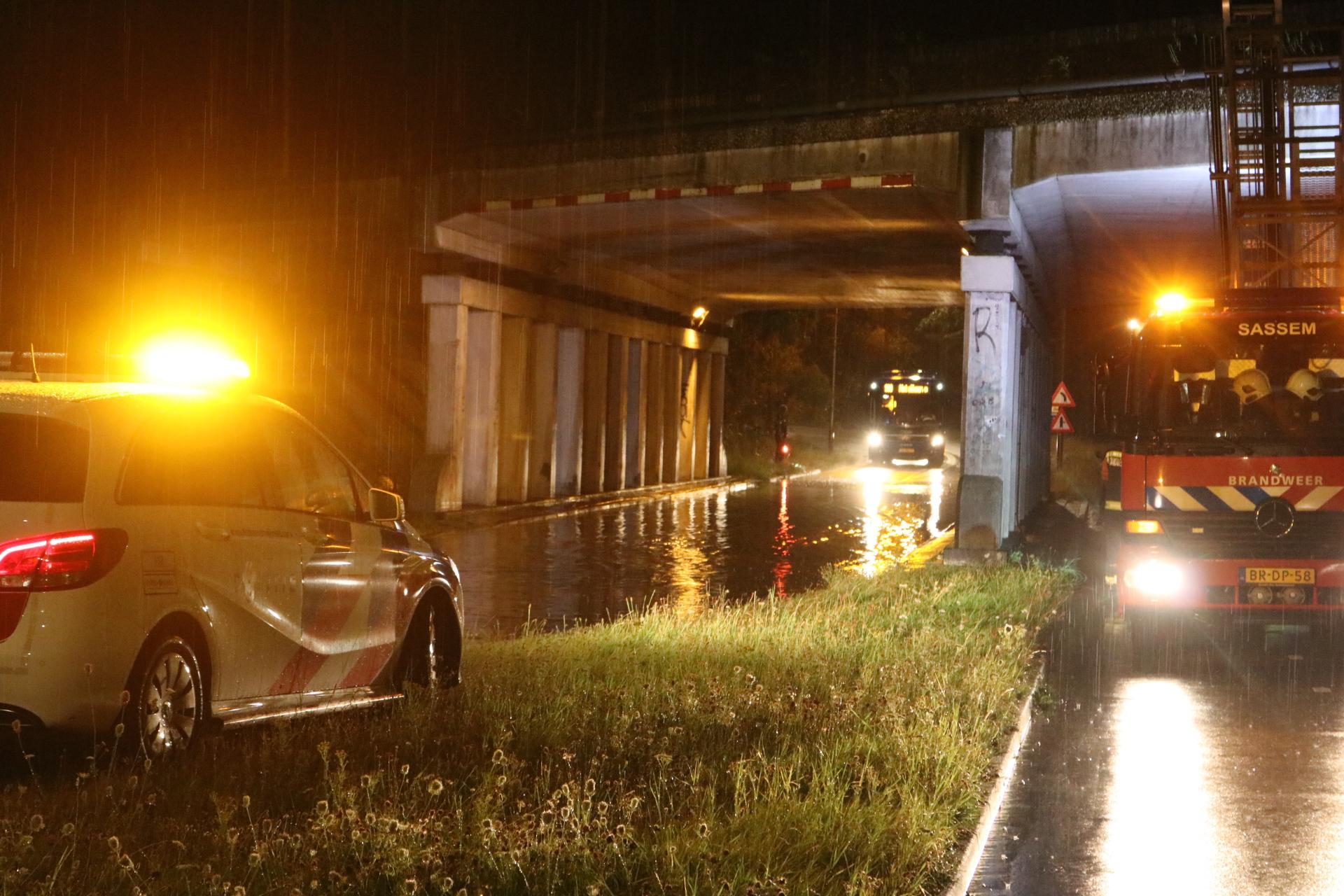 Veel wateroverlast in Sassenheim en Voorhout, viaduct en woonkamers ondergelopen