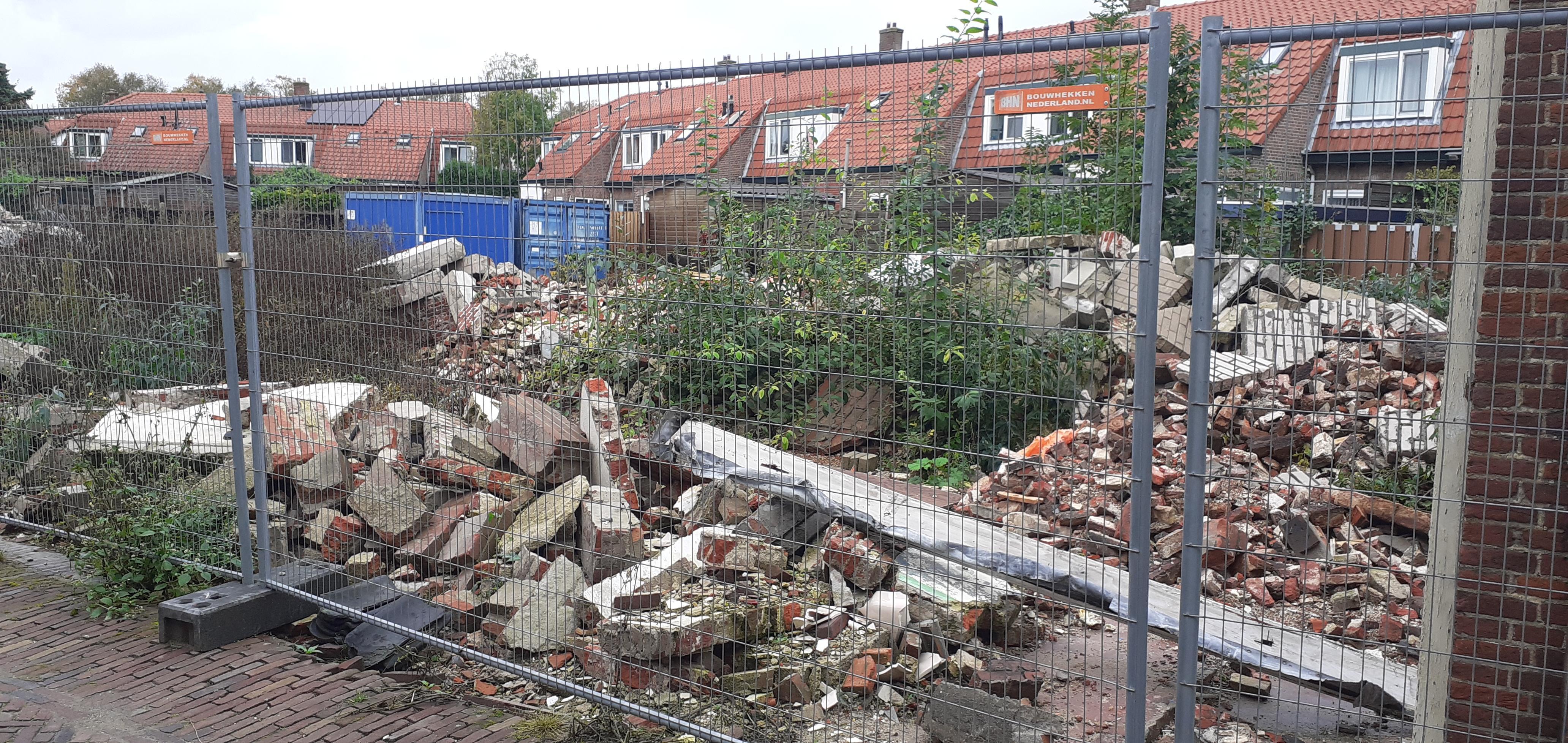 Buurtbewoners Singelstraat in Weesp maken zich niet zo druk om ingestorte muur bij rijksmonumentje. Wél om het puin van de sloop van het pand van aannemer Van Kooten, want dat ligt er al een half jaar