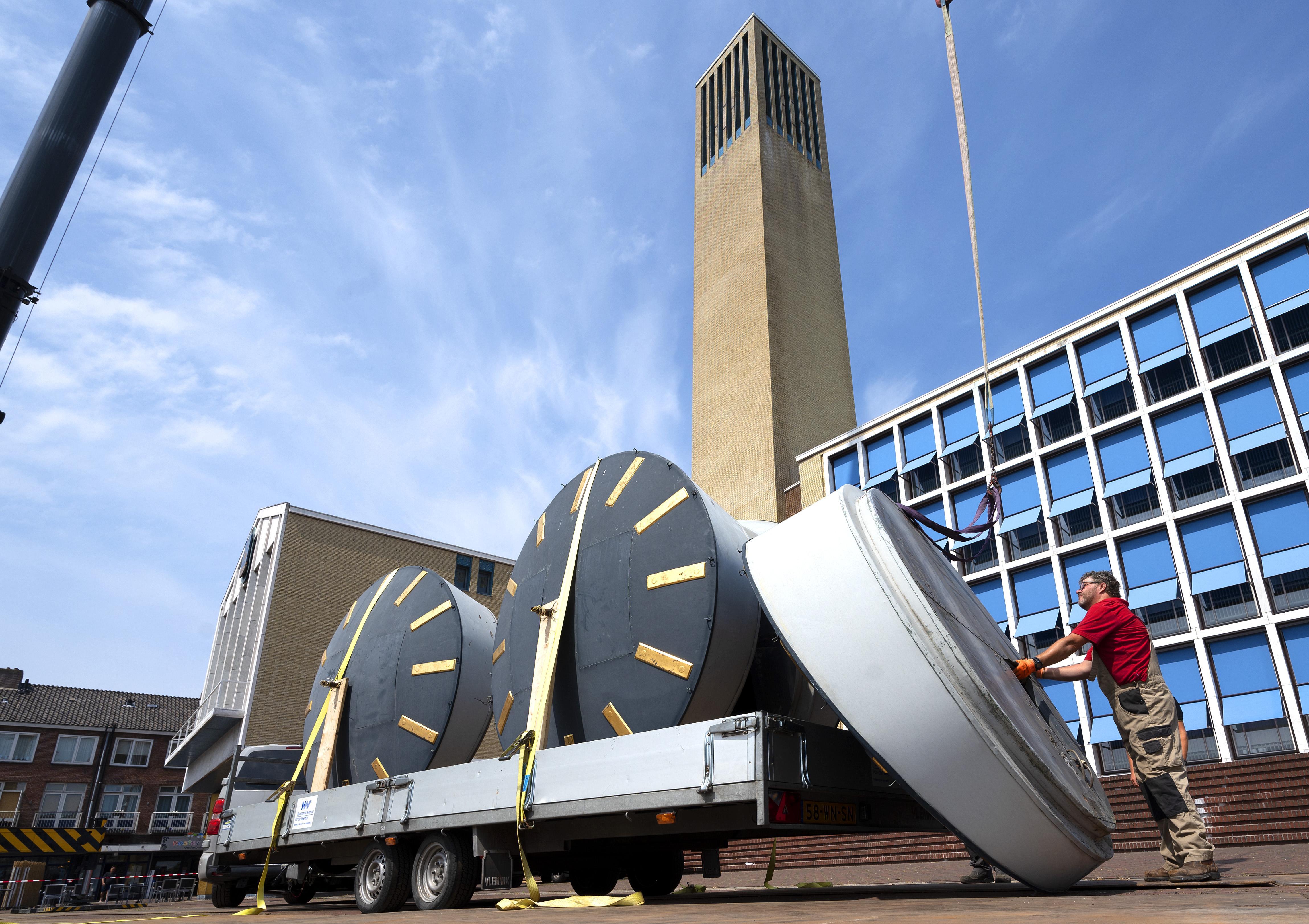 Reusachtige klokken stadhuis Velsen voor opknapbeurt naar fabriek Eijsbouts